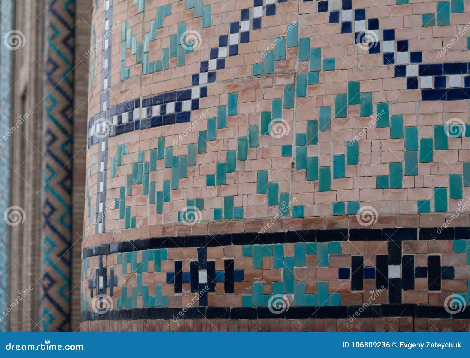TASJKENT UZBEKISTAN - December 9, 2011: Detalj av den utsökta islamiska byggnadsbelägga med tegel och mosaiken på den Hast imamen