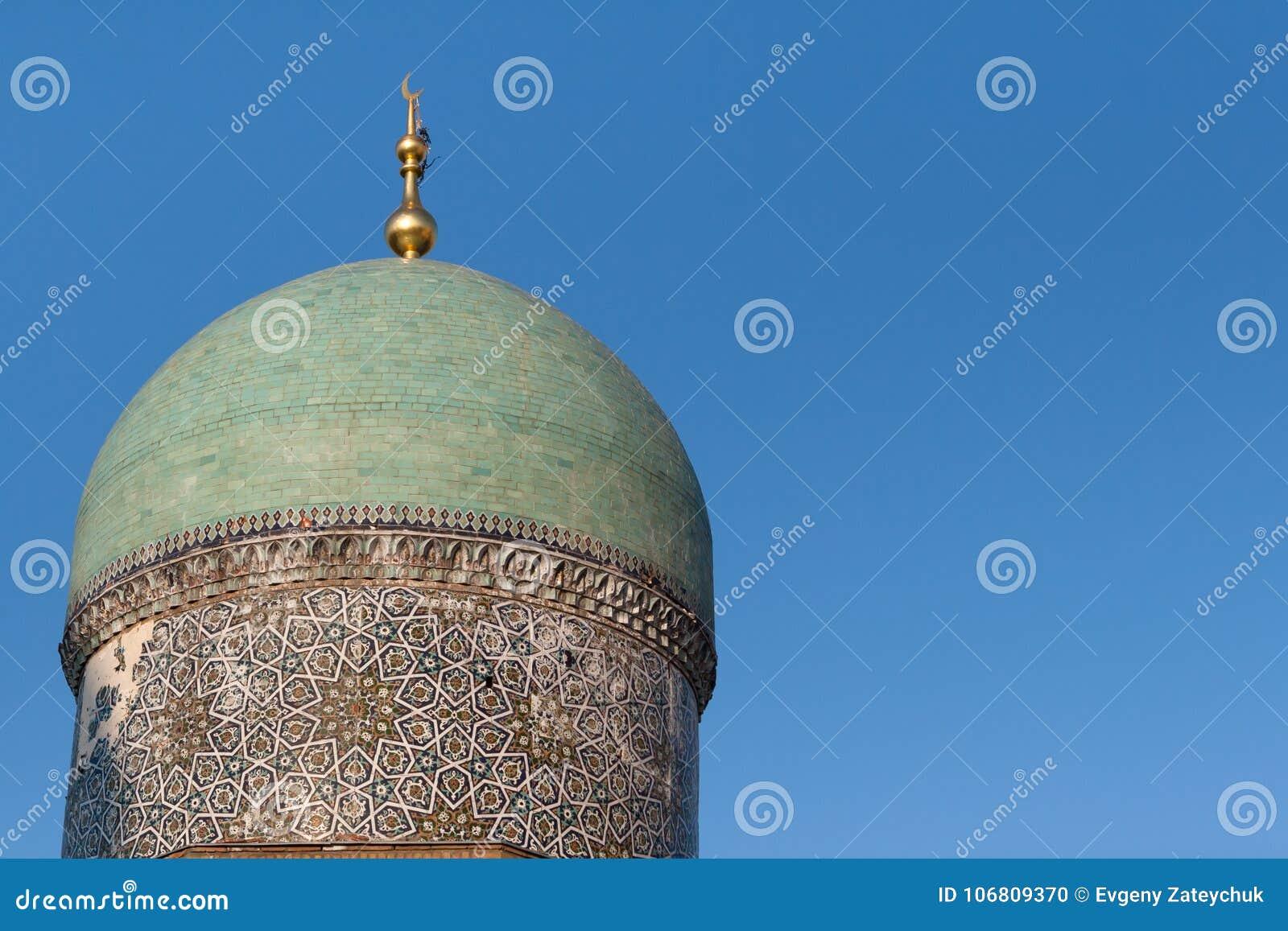 TASJKENT UZBEKISTAN - December 9, 2011: Historiskt torn på den Hast imamen Square