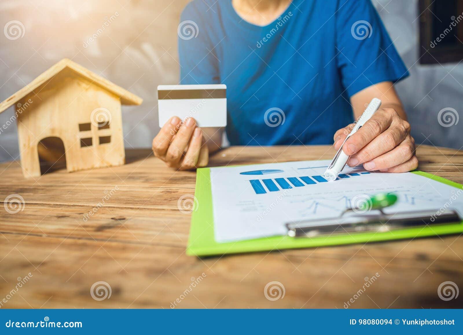 Tassa sulla casa calcolatrice della donna finanziaria per l affare un nuovo bilancio domestico