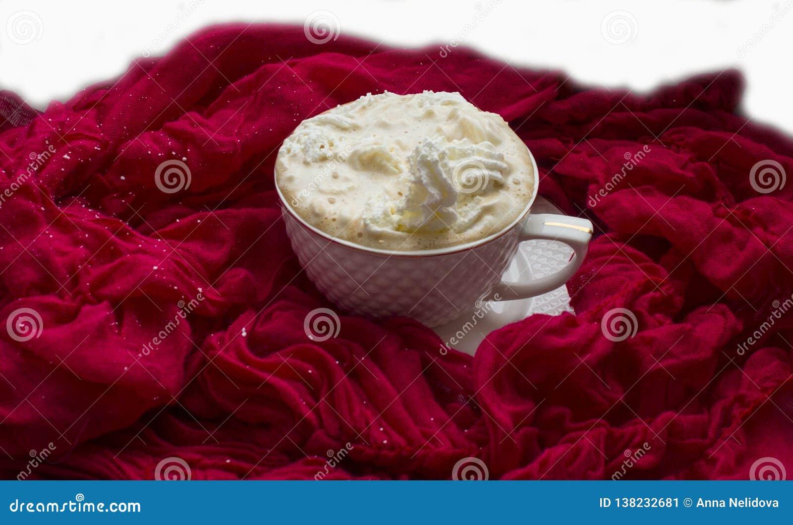 Tasse avec du café chaud et la crème fouettée