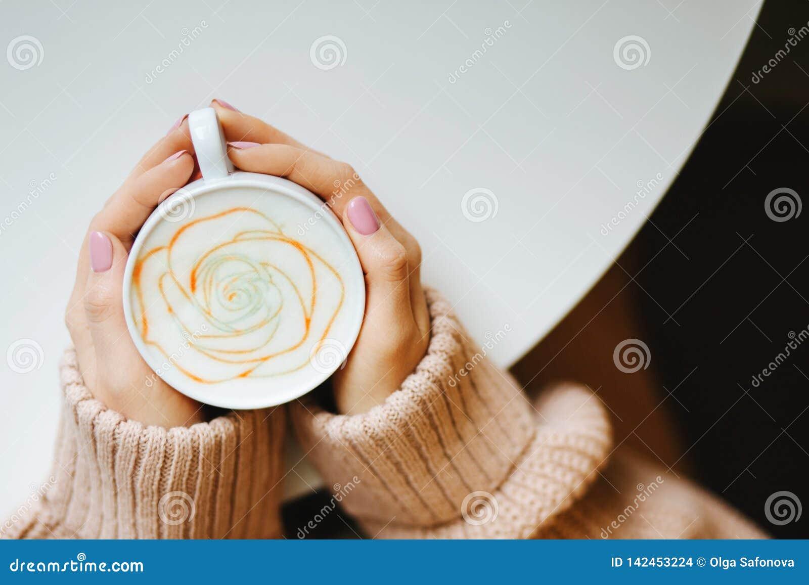 Tasse avec du café dans les mains
