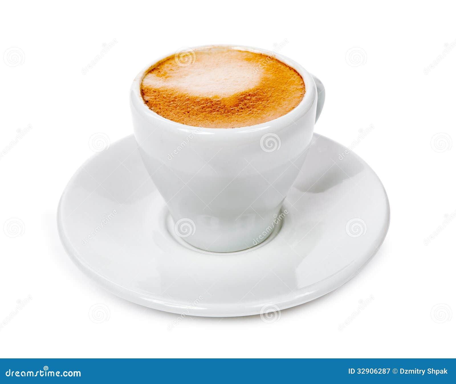 Tasse avec du café parfumé sur une soucoupe d isolement sur le backgroun blanc