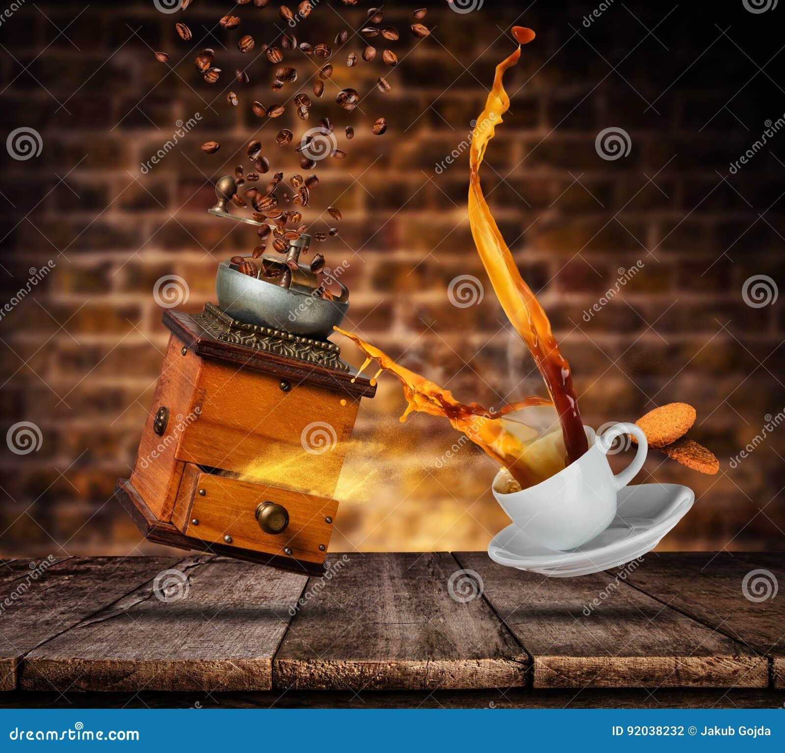 Tasse blanche de Porcelaine avec éclabousser le café et la broyeur, mur grunge de tache floue sur le fond