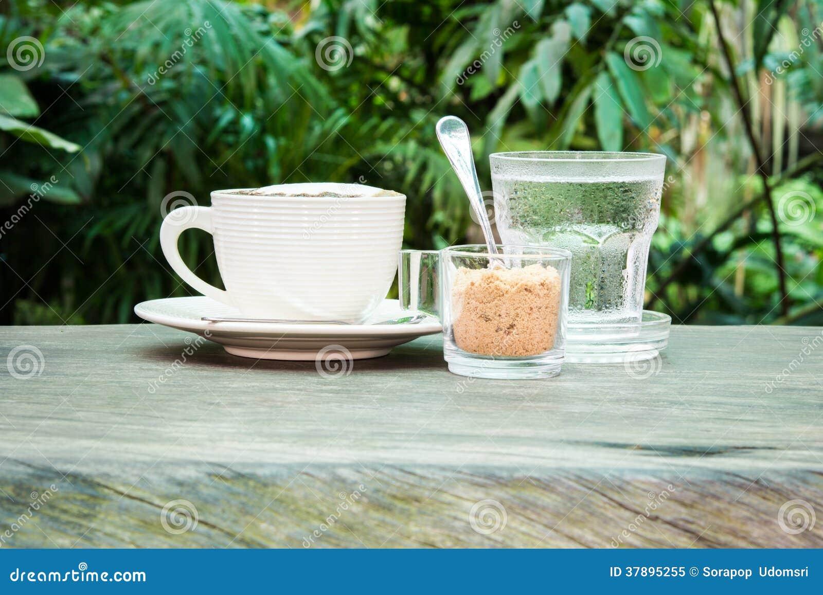 Tasse blanche de sucre de café, de l eau et de canne