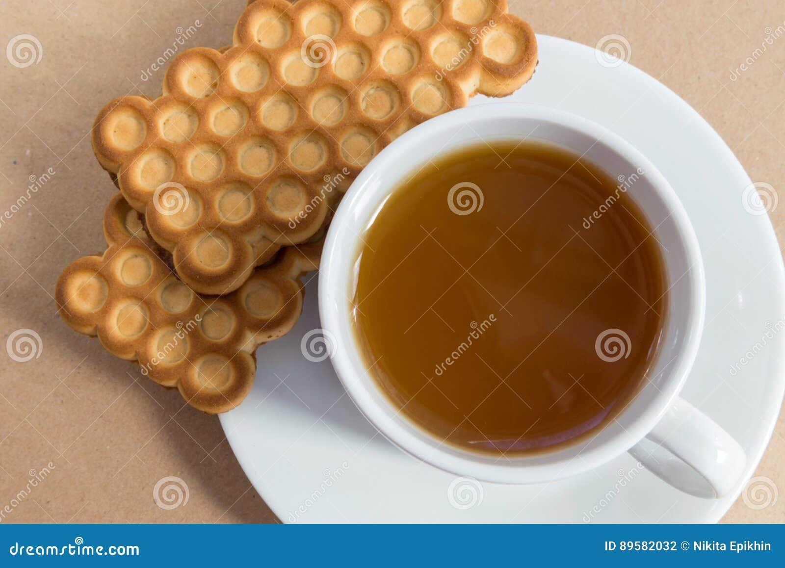 Tasse blanche de thé avec des biscuits