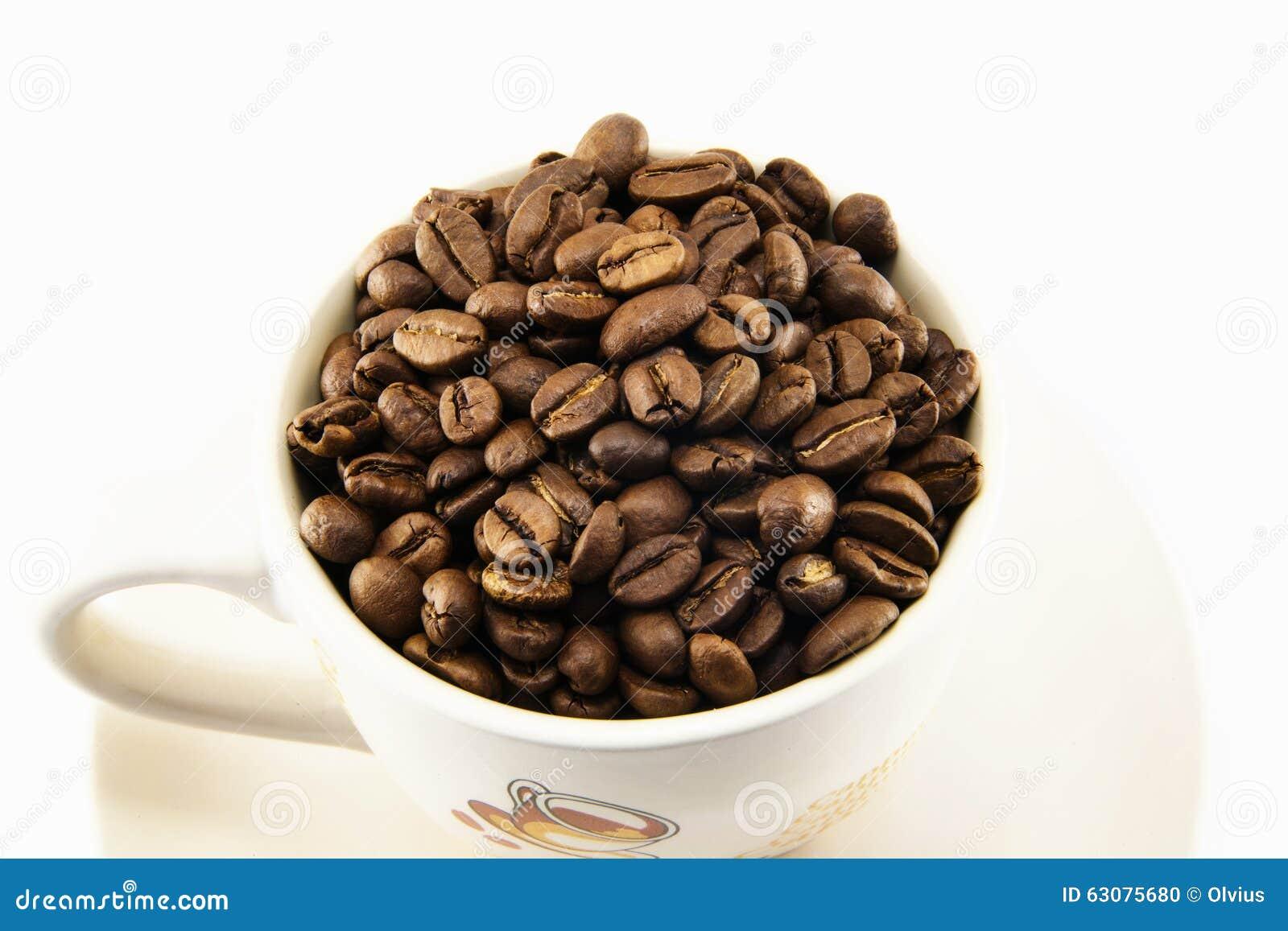 Download Tasse Complètement De Grains De Café D'isolement Photo stock - Image du cappuccino, heap: 63075680