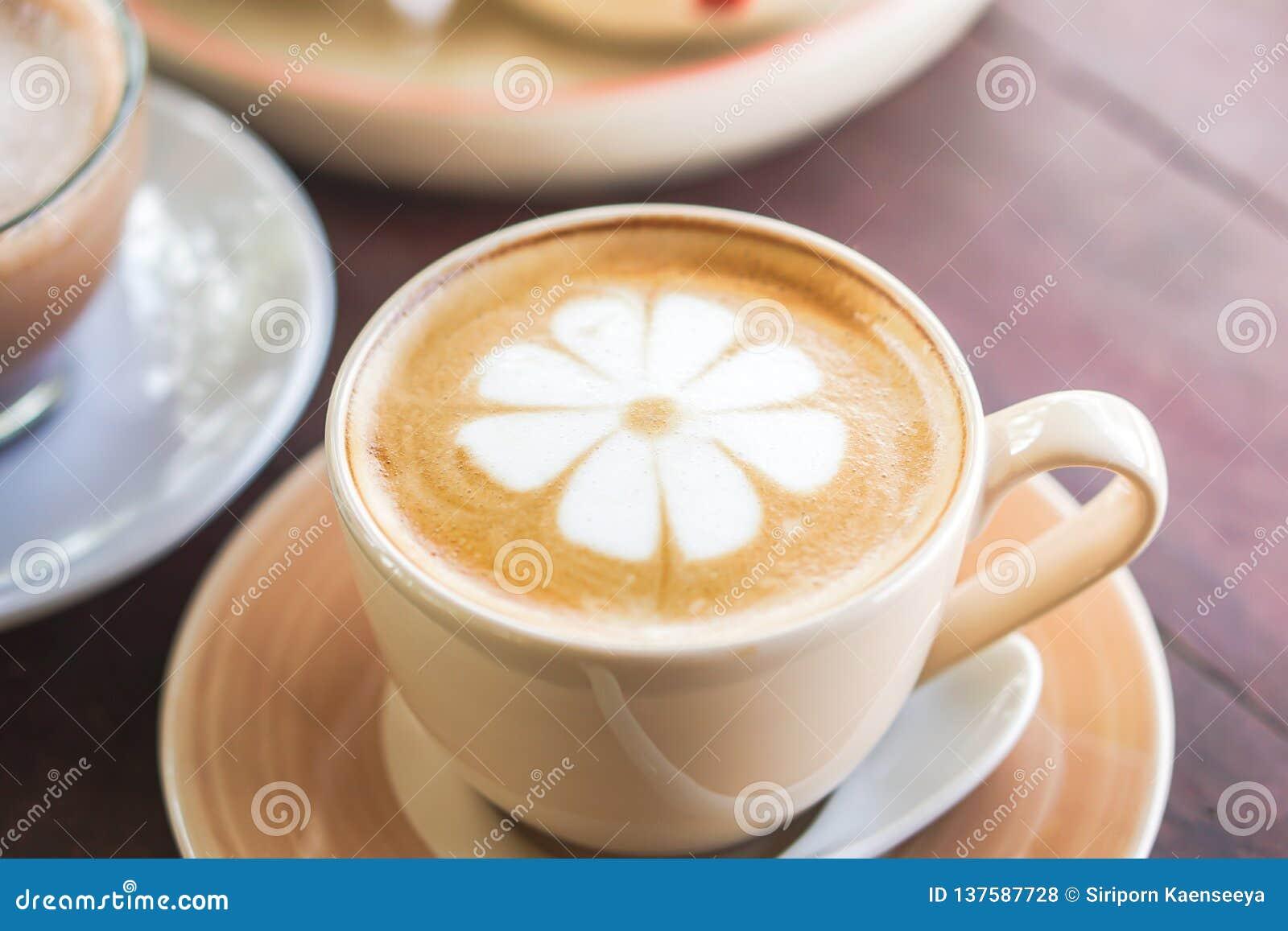 Tasse d art chaud de latte de café sur la table en bois