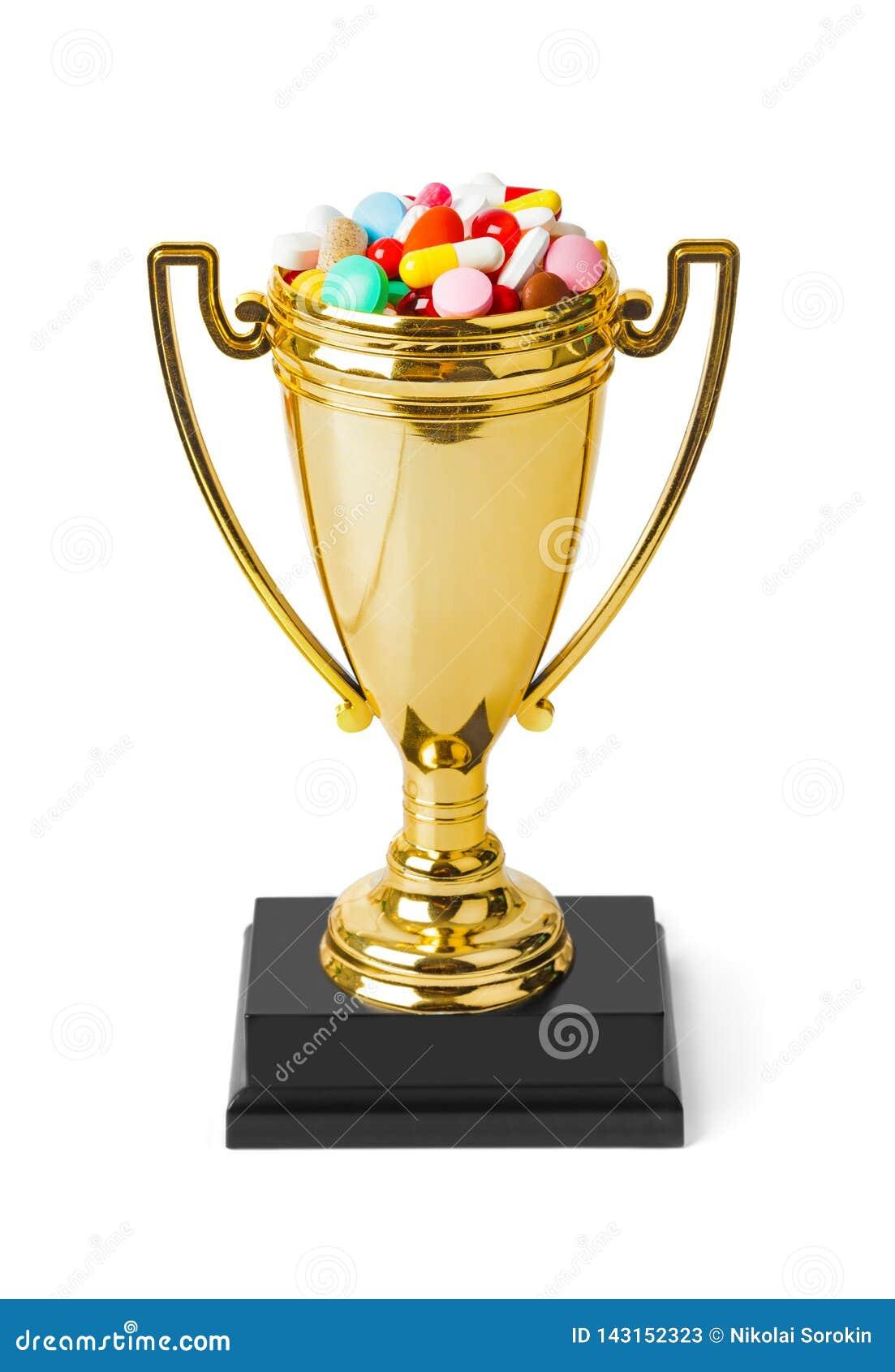 Tasse d or de trophée avec des pilules