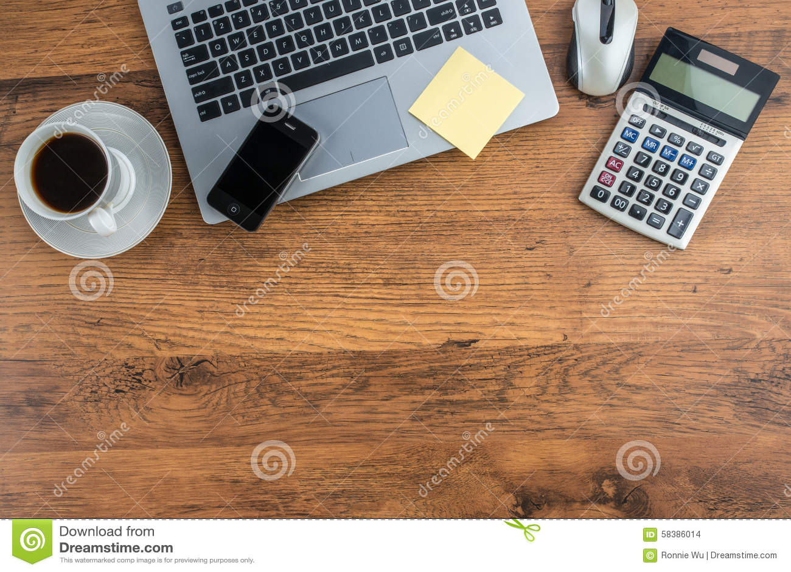 tasse d 39 ordinateur portable de t l phone portable et de caf sur le bureau de travail photo. Black Bedroom Furniture Sets. Home Design Ideas