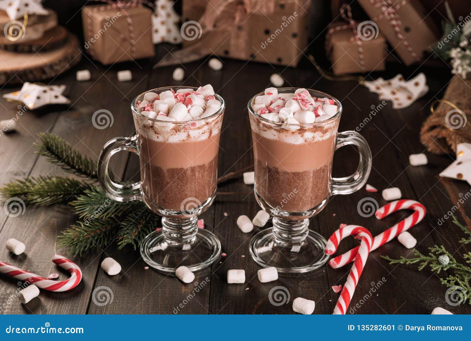Tasse de boisson de cacao de chocolat chaud avec guimauves