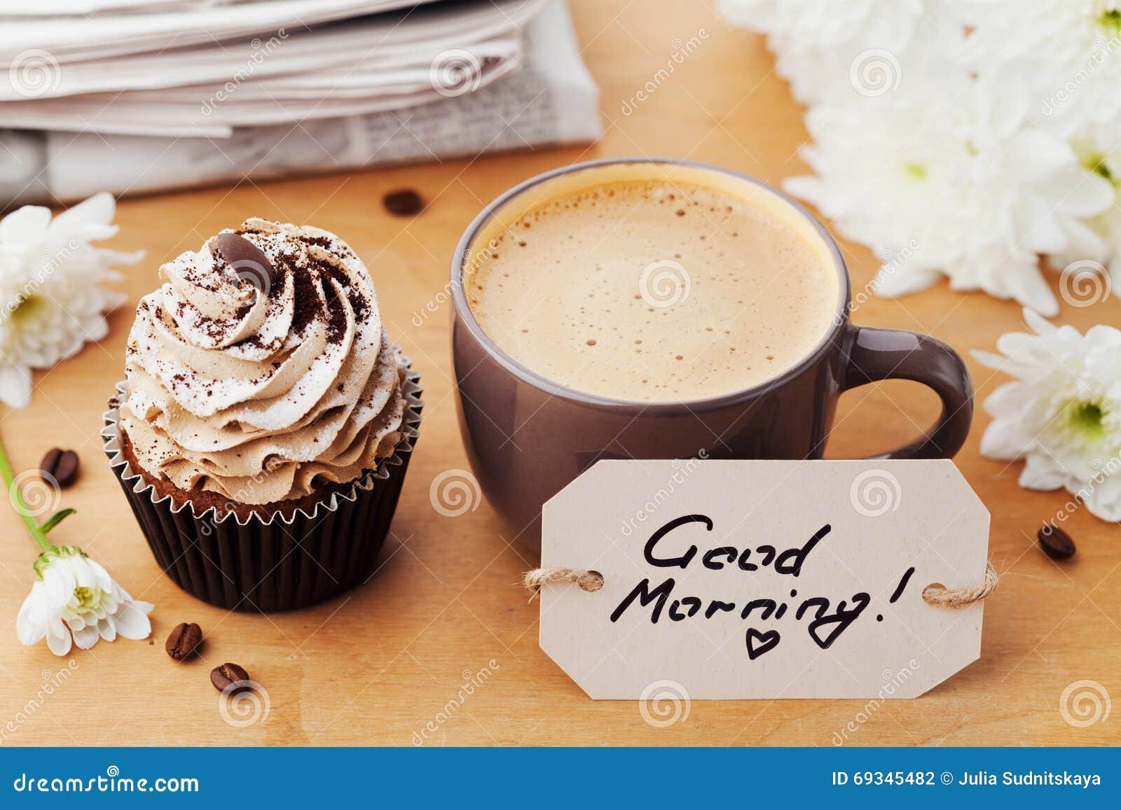 tasse de caf avec bonjour petit g teau fleurs journal et notes sur la table rustique dessert. Black Bedroom Furniture Sets. Home Design Ideas