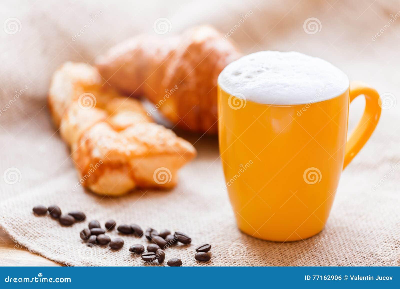 Tasse de café avec du lait sur la table rustique avec des pâtés en croûte