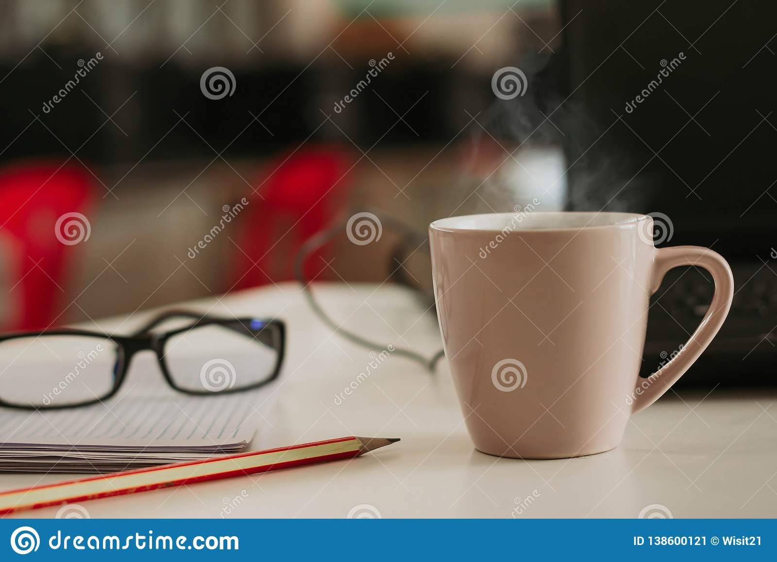 Tasse de café avec le bâton de cannelle sur la table en bois