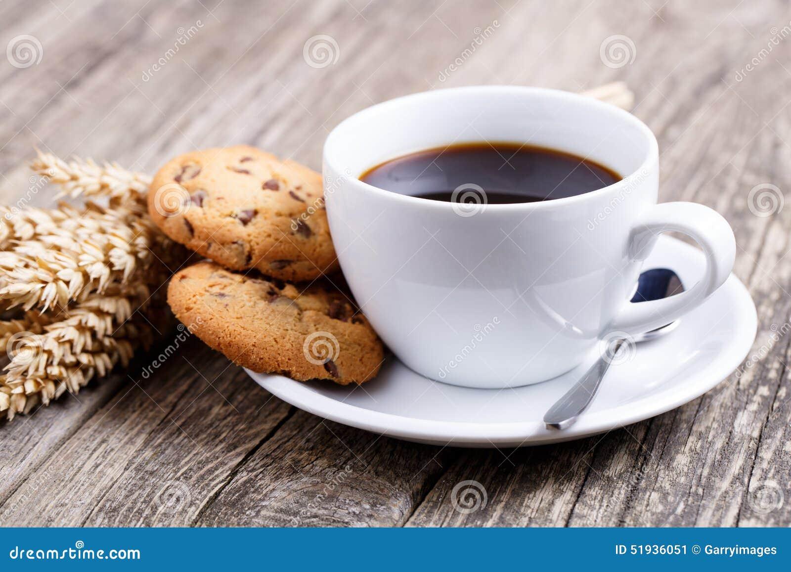 tasse de caf avec les biscuits et le bl sur une table photo stock image 51936051. Black Bedroom Furniture Sets. Home Design Ideas