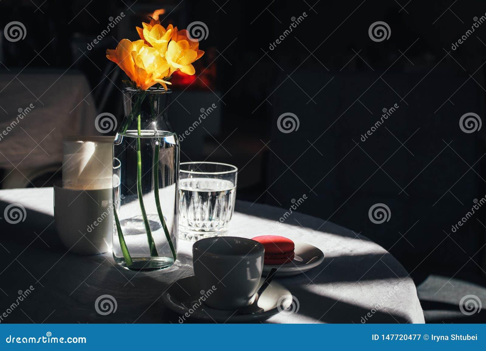 Tasse de café avec un bouquet du narcisse jaune