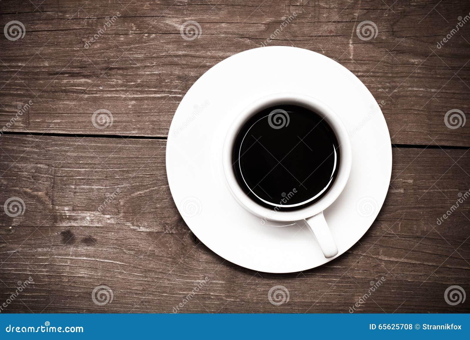 Tasse de café blanche sur la vieille table en bois toned