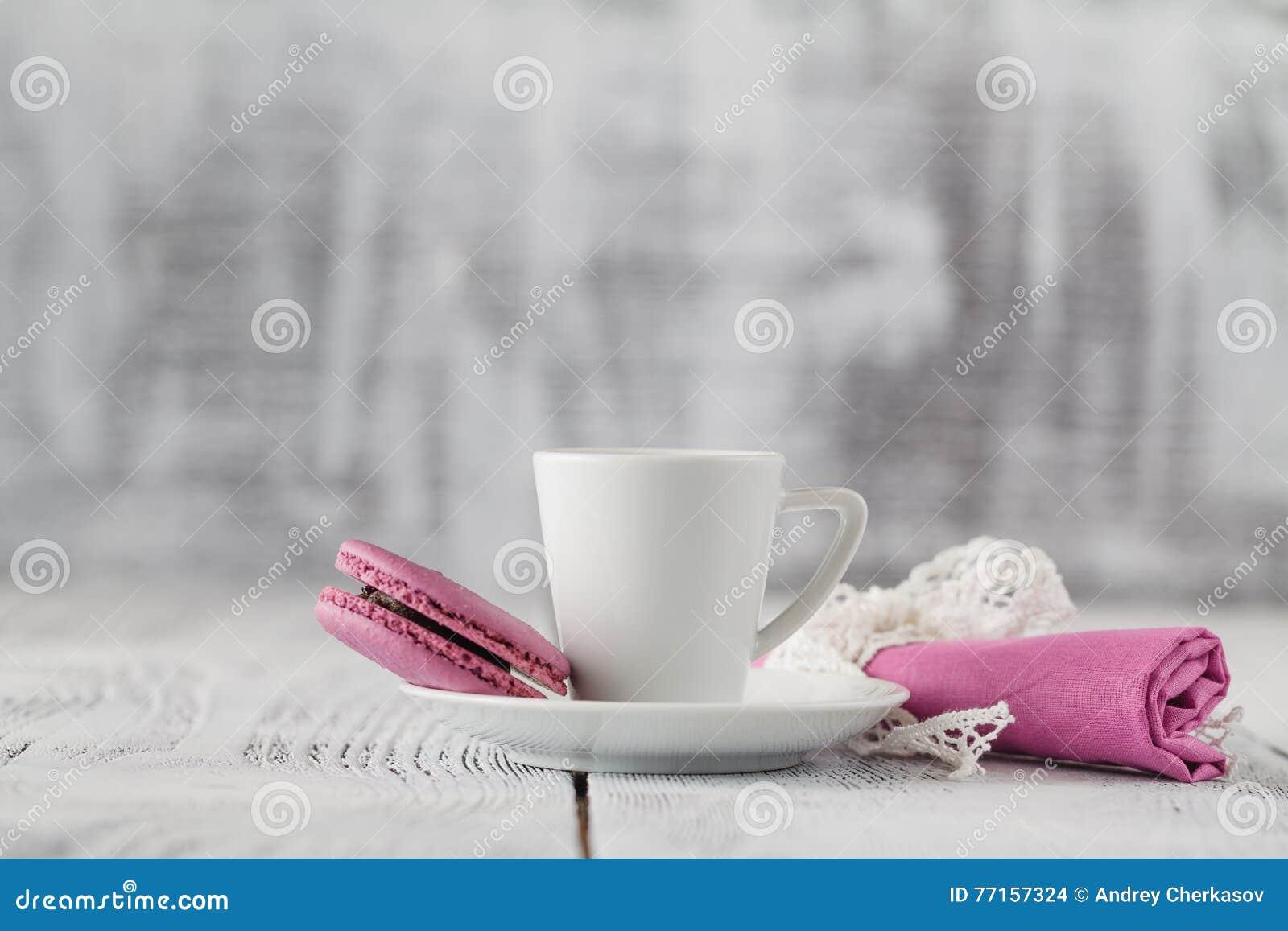 Tasse de café blanche sur le Tableau en bois