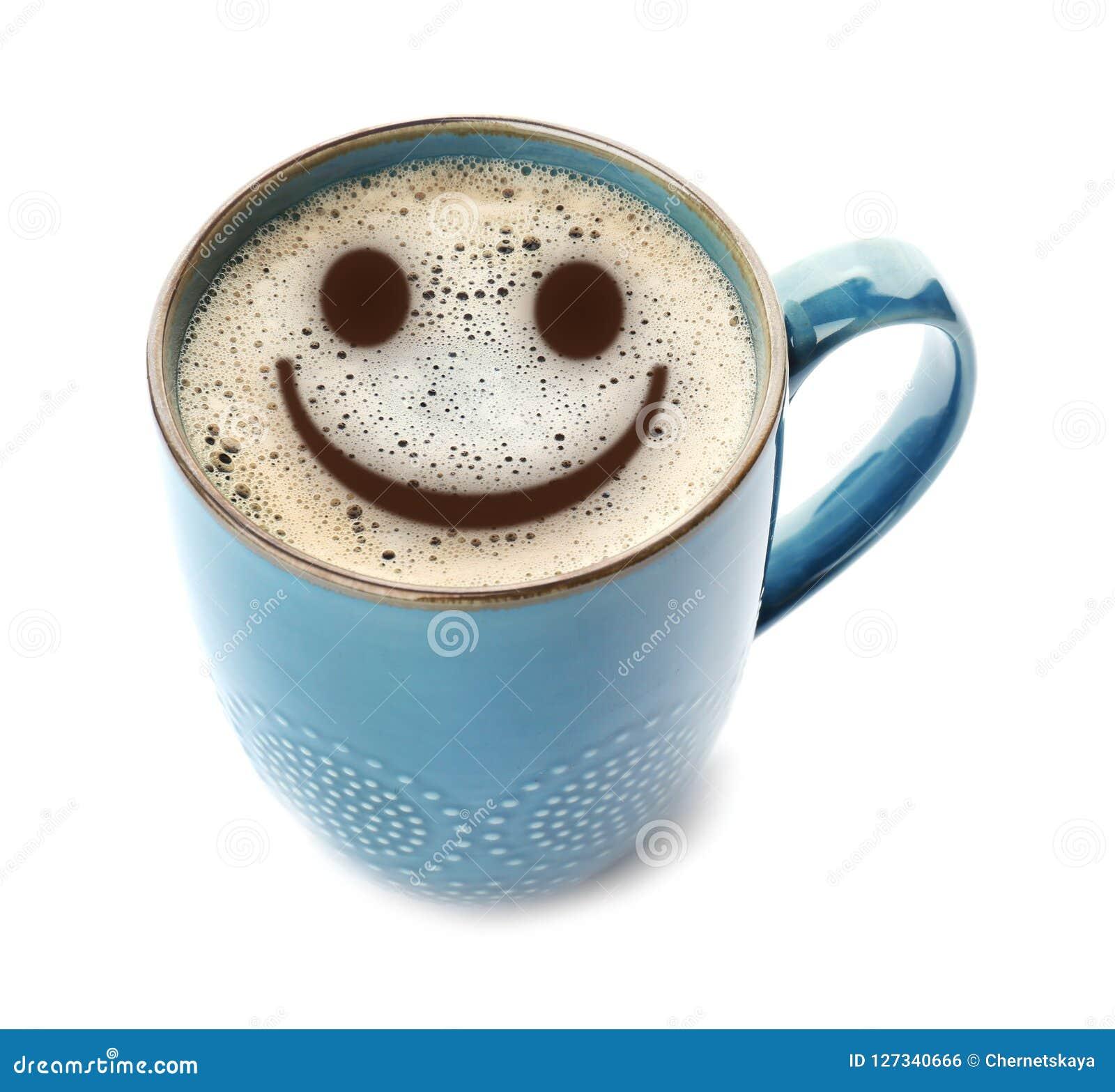 Tasse de café chaud délicieux avec la mousse et de sourire sur le fond blanc Matin heureux, bonne humeur