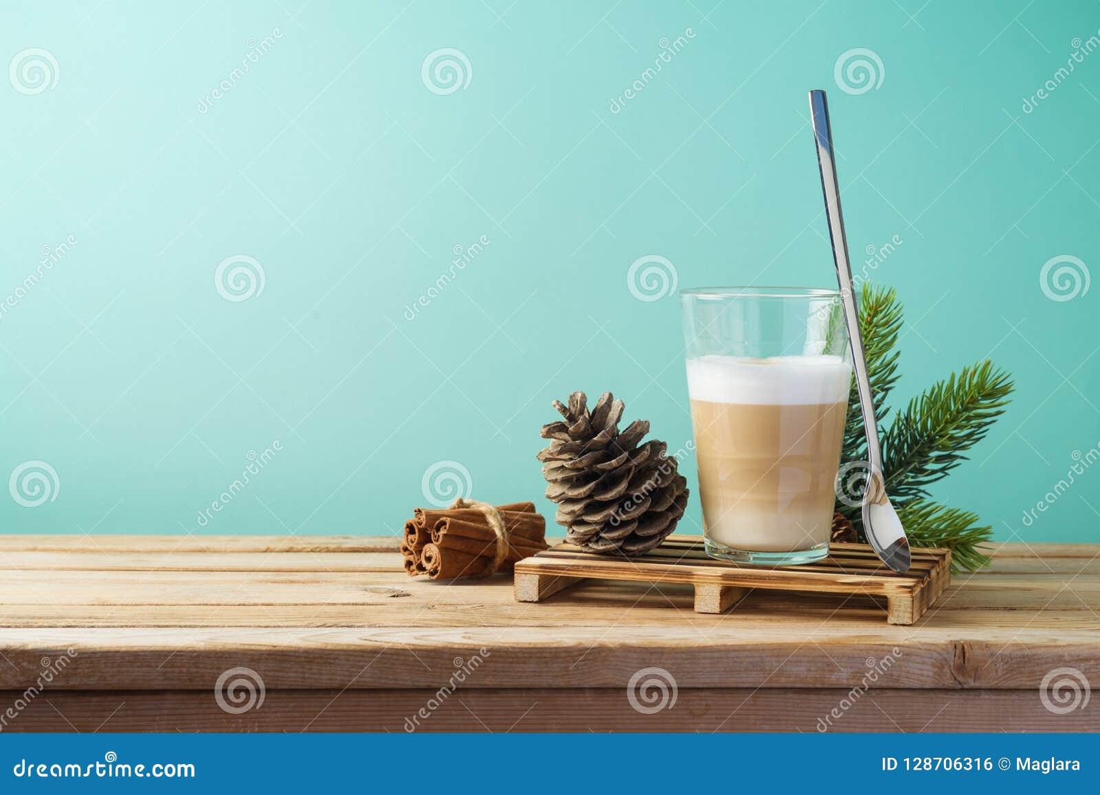 Tasse de café chaude de crème de Latte sur la table en bois Carte de Noël