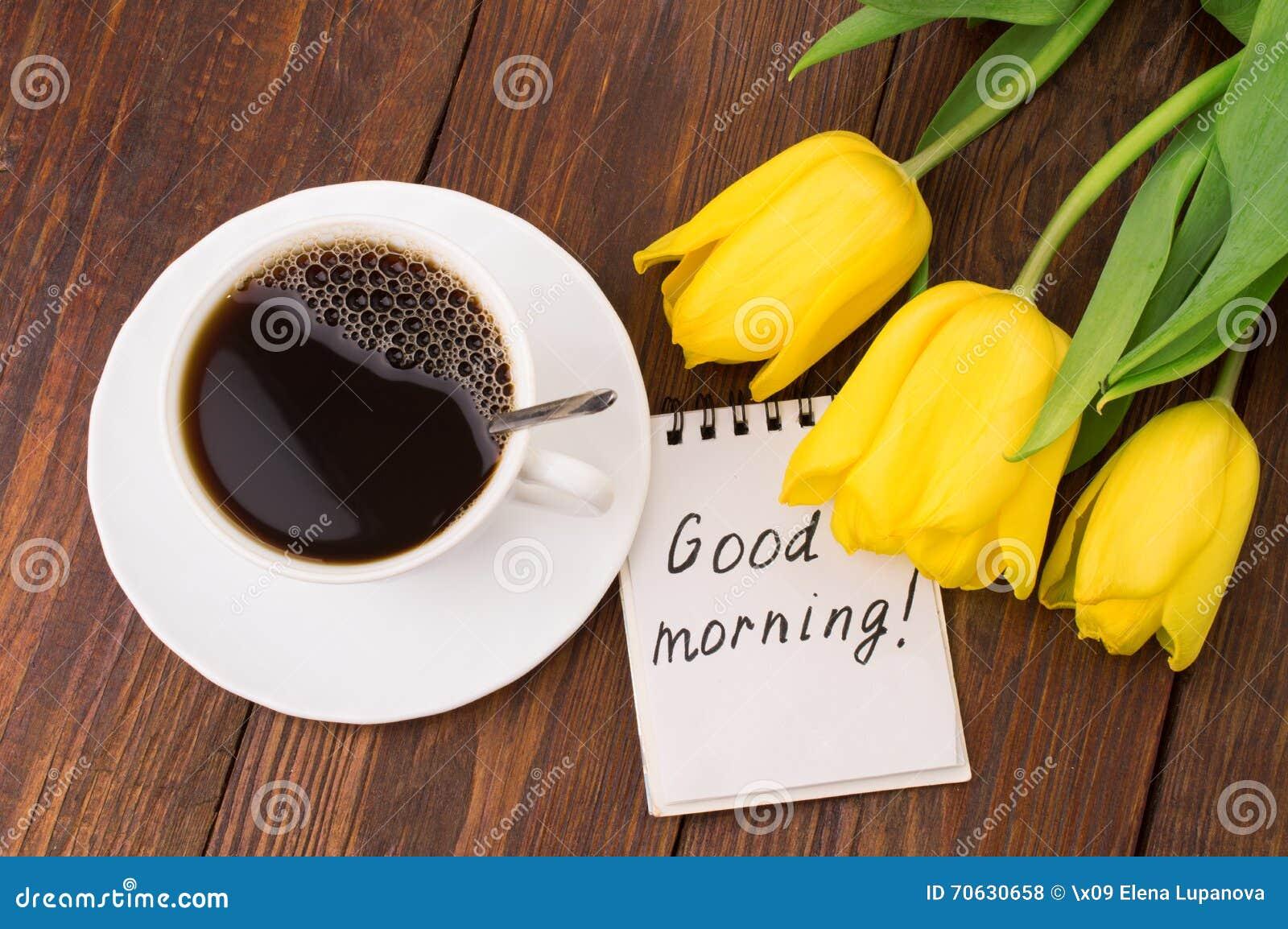 Tasse De Café Des Tulipes Et De Massage Bonjour Photo Stock