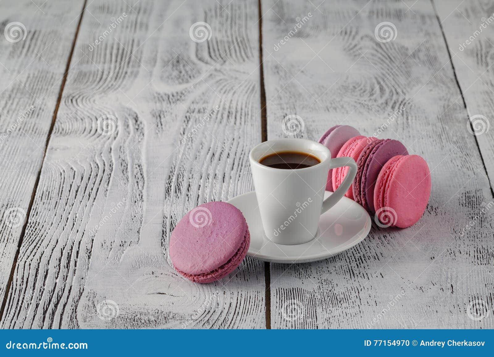 Tasse de café et de macaron français sur une vieille table en bois