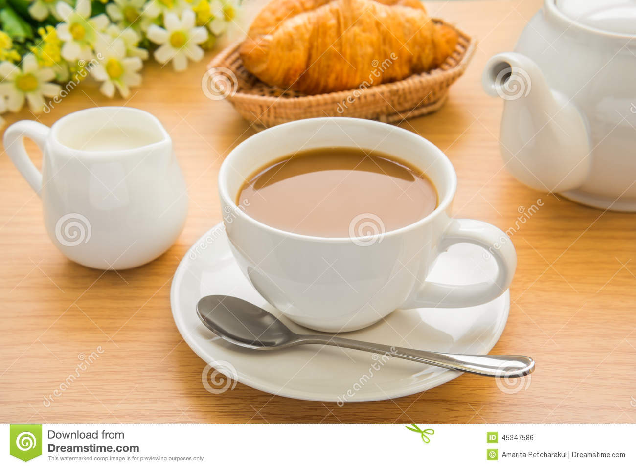 tasse de caf lait et croissant sur la table en bois photo stock image 45347586. Black Bedroom Furniture Sets. Home Design Ideas