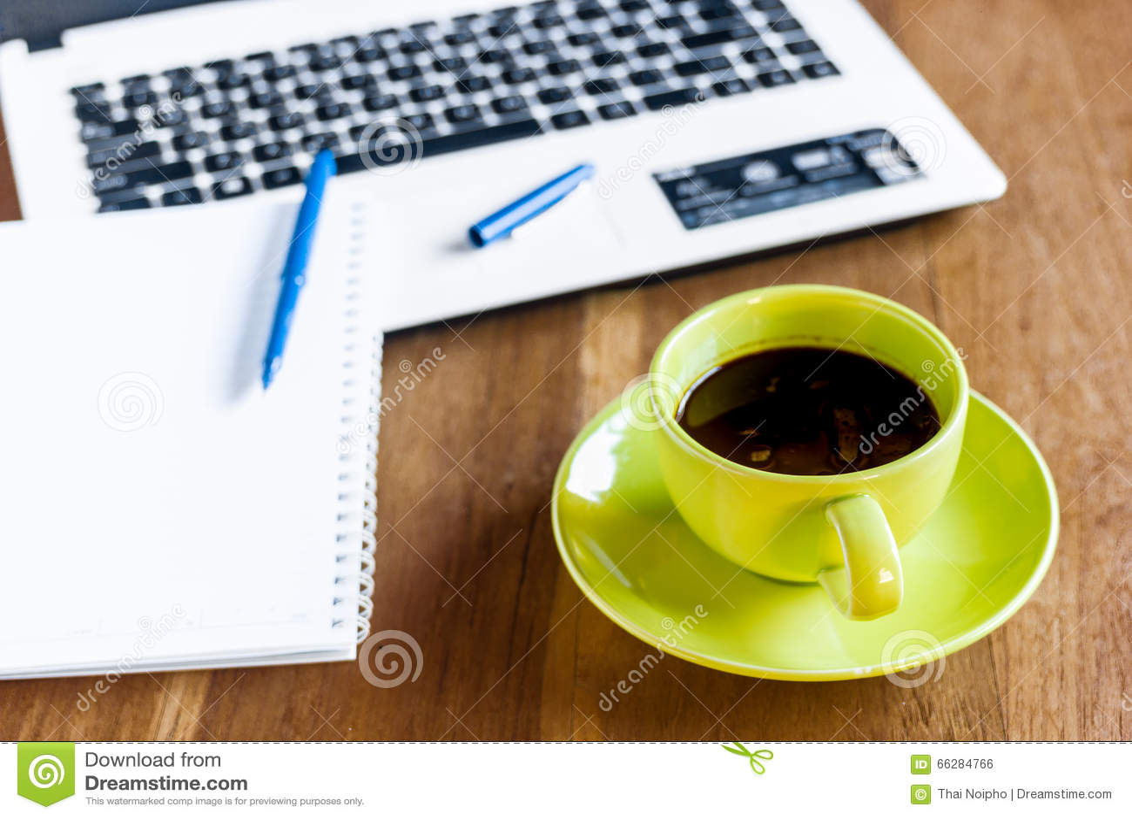 Tasse de café noir fournitures de bureau photo stock image du