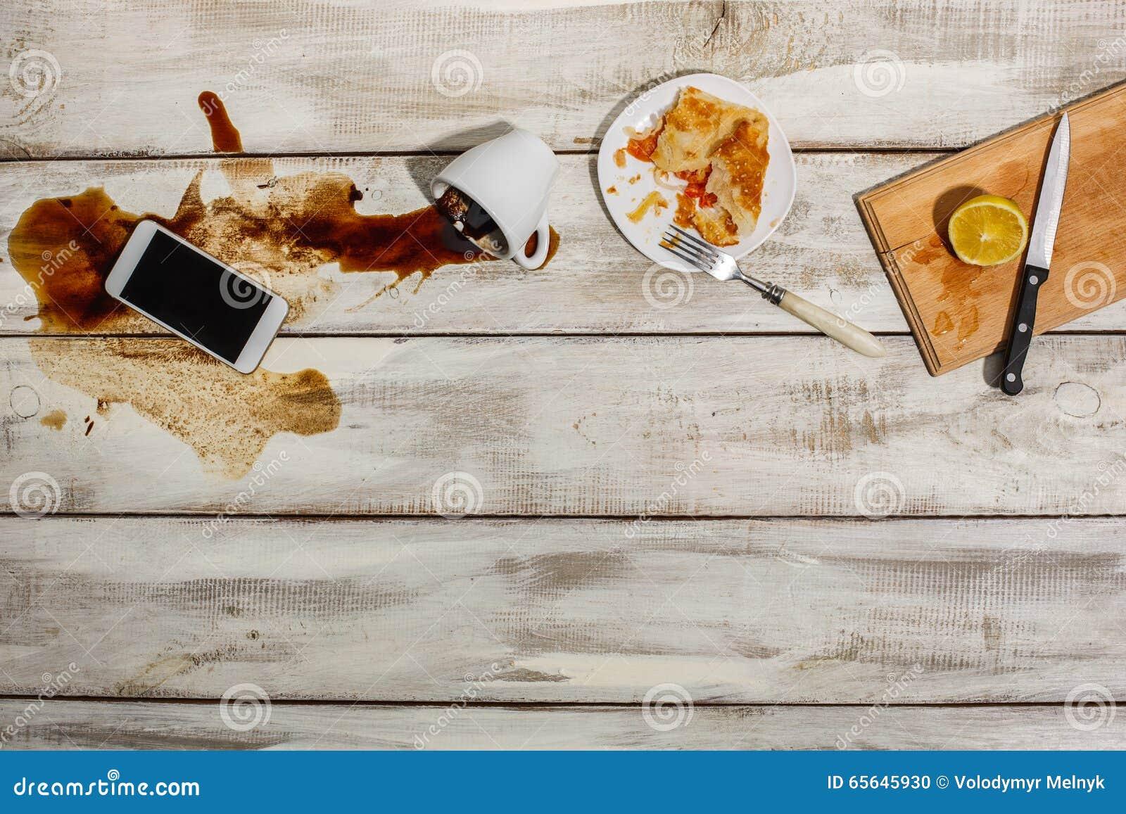 Tasse de café renversée sur la table en bois