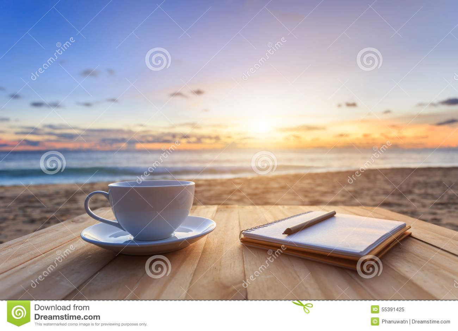 Tasse de caf sur la table en bois au coucher du soleil ou la plage de lever de soleil photo - Vieillir du bois avec du cafe ...