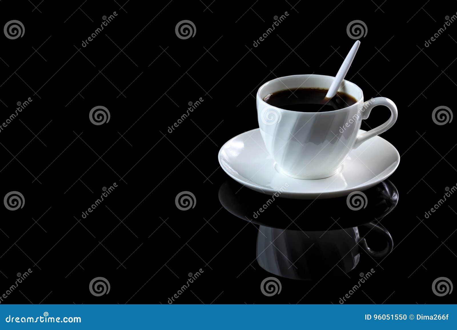 Tasse de café sur un fond réfléchi noir