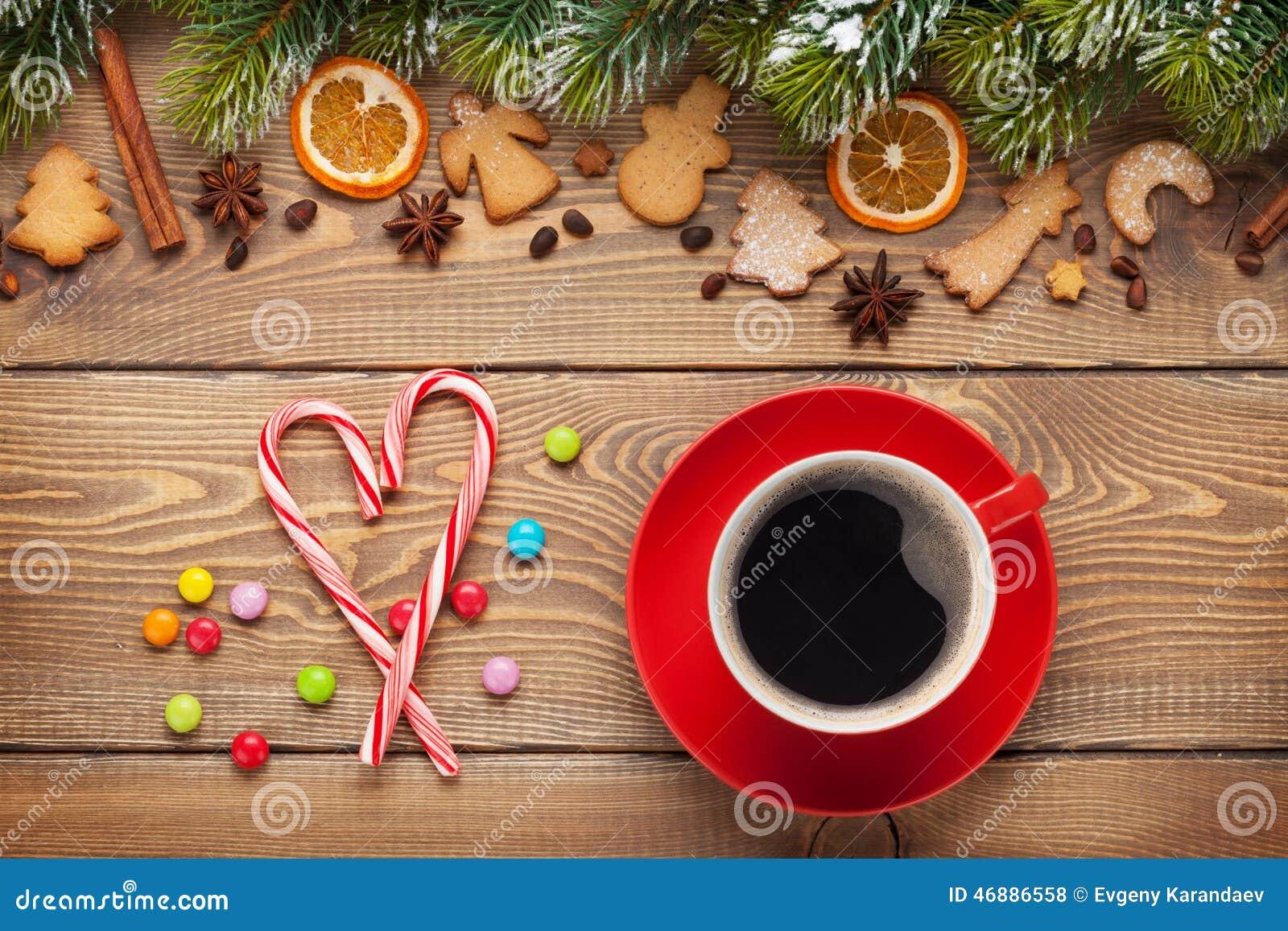 tasse de caf et d cor de nourriture de no l sur le fond en bois photo stock image 46886558. Black Bedroom Furniture Sets. Home Design Ideas