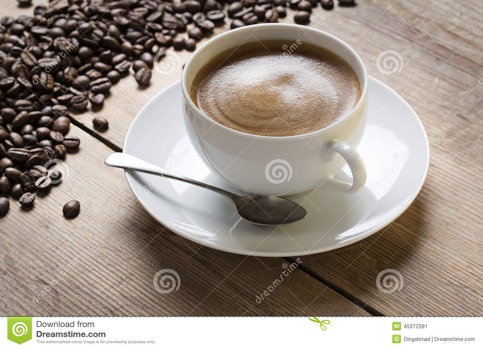 Tasse de coffe sur une soucoupe avec une cuillère de vintage