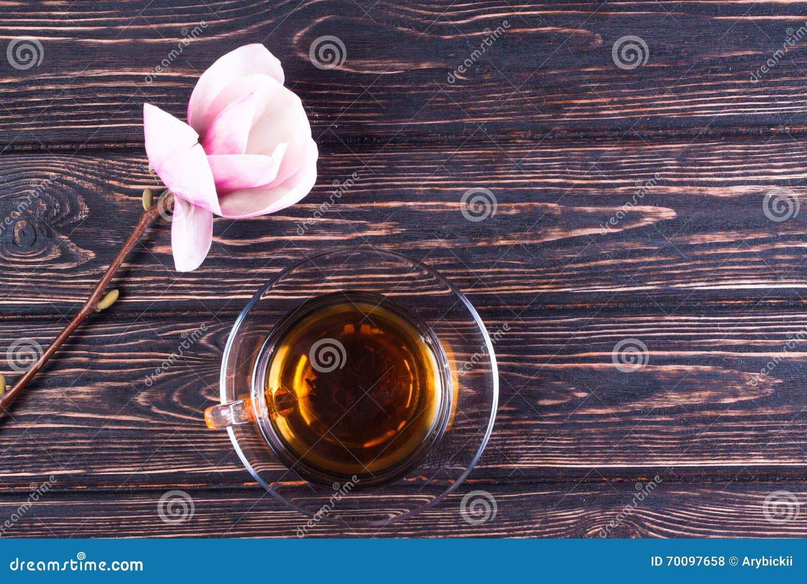 Tasse De Magnolia De Thé Noir Et De Fleur Sur Les Conseils En Bois ... 9aab77aa2e7
