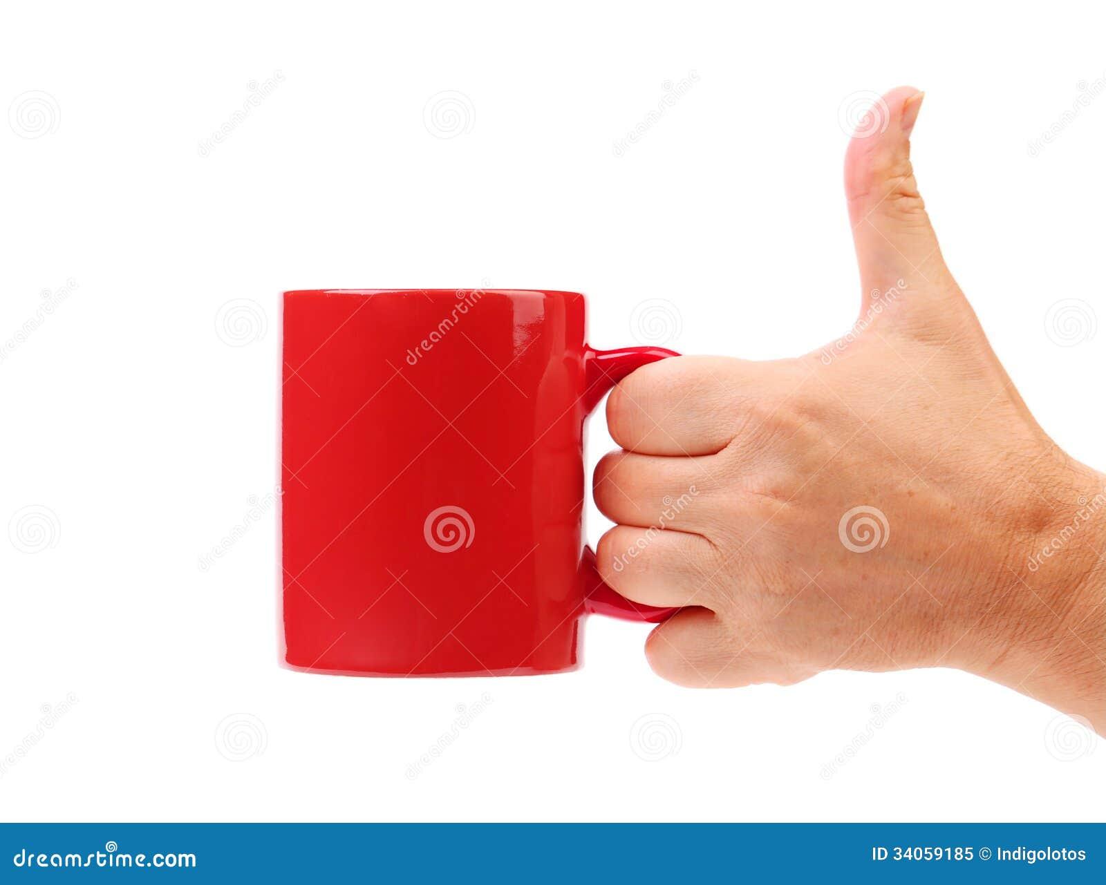 Tasse de rouge de prise de main.