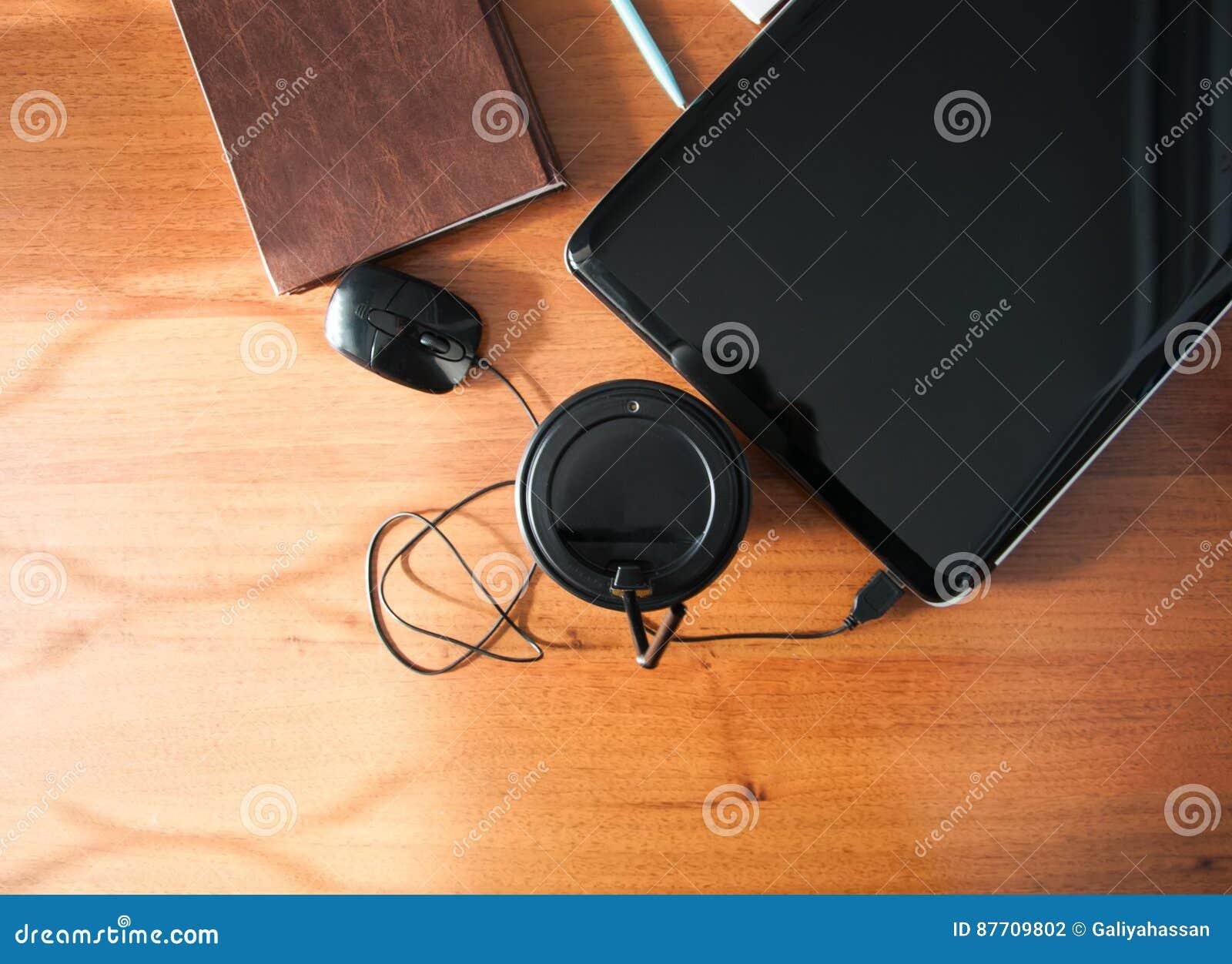 Tasse de téléphone de carnet de souris d ordinateur portable de café sur un OE brun