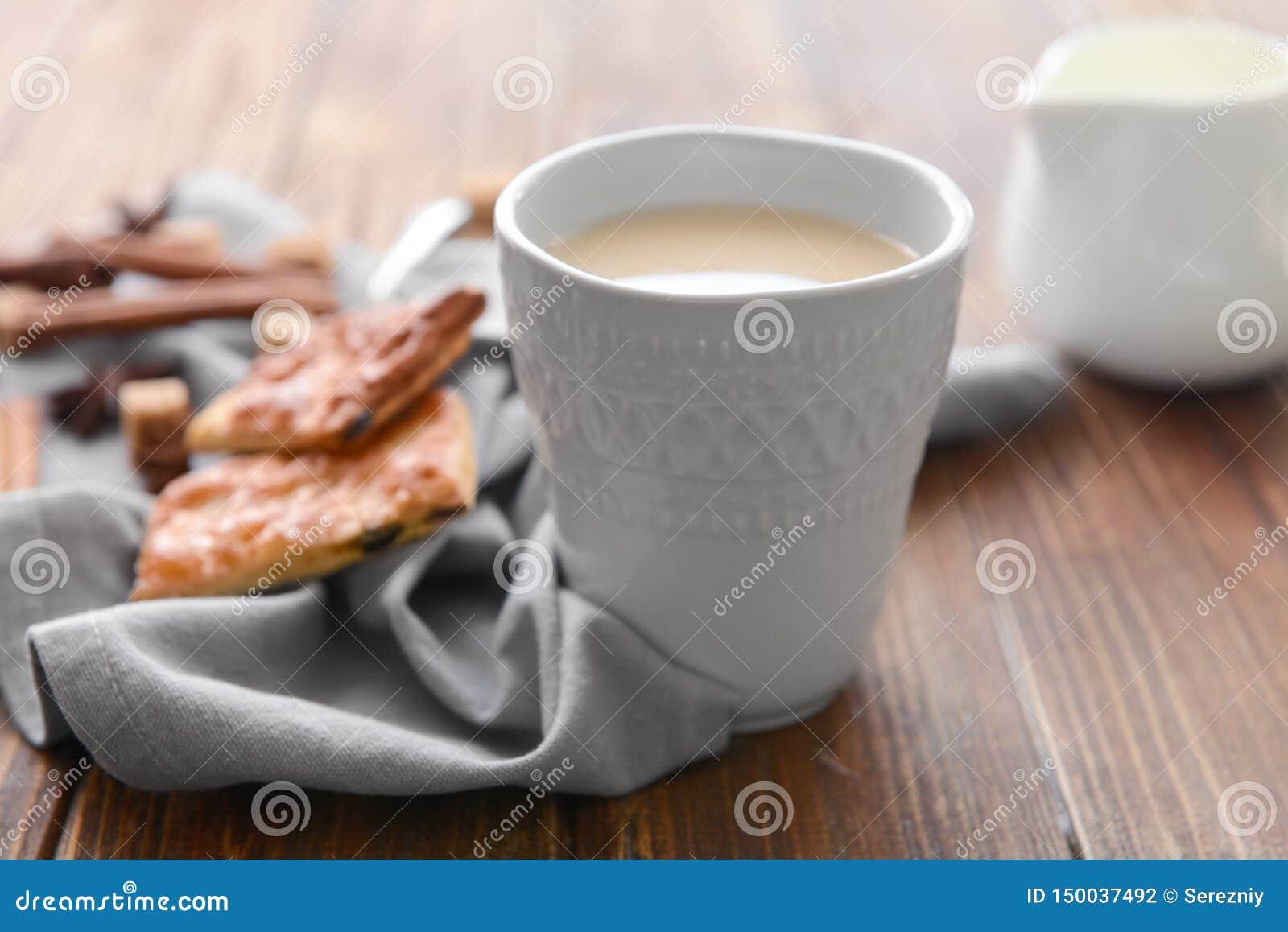 Tasse de thé au lait aromatique sur la table