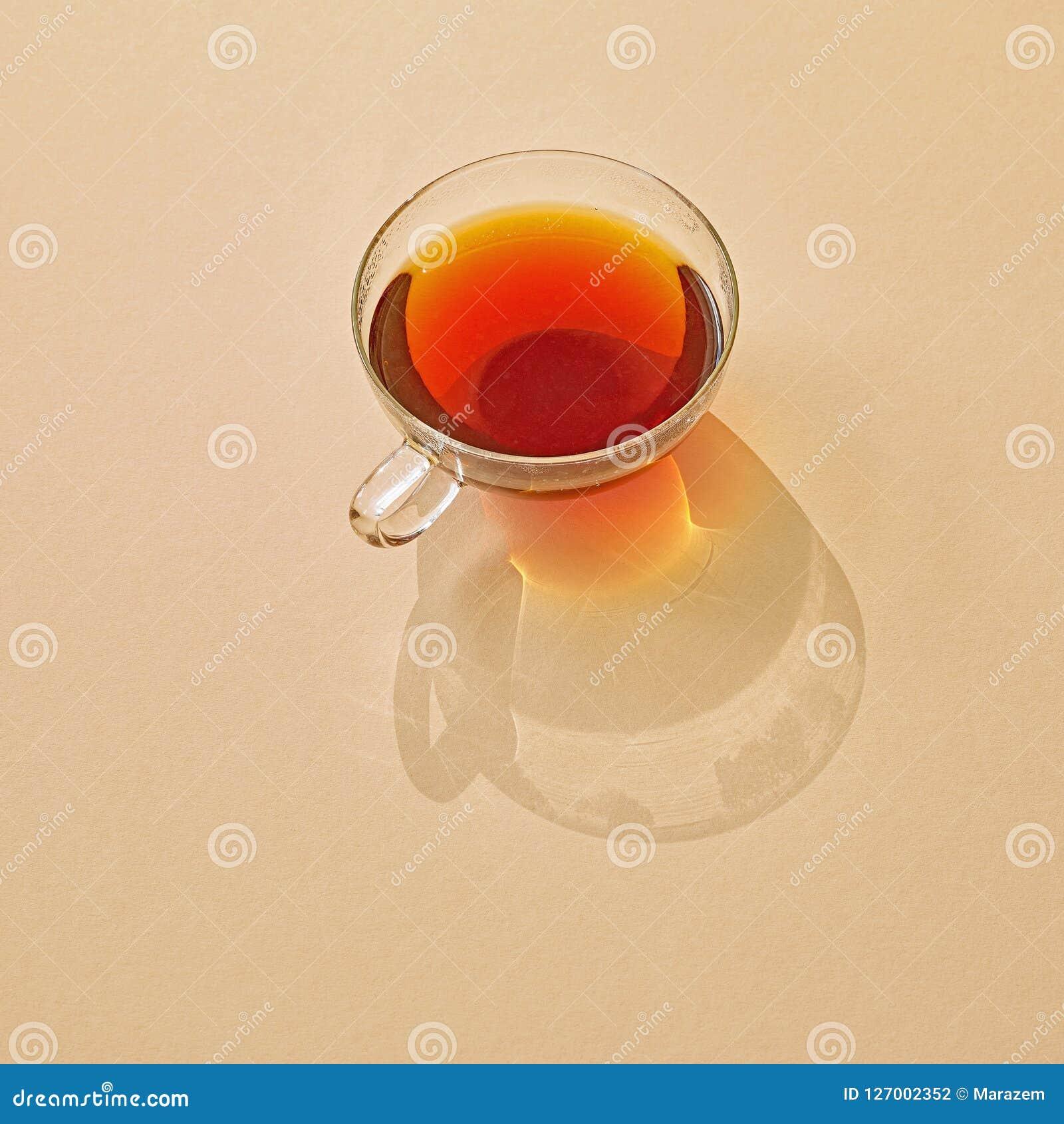 Tasse de thé avec la longue ombre