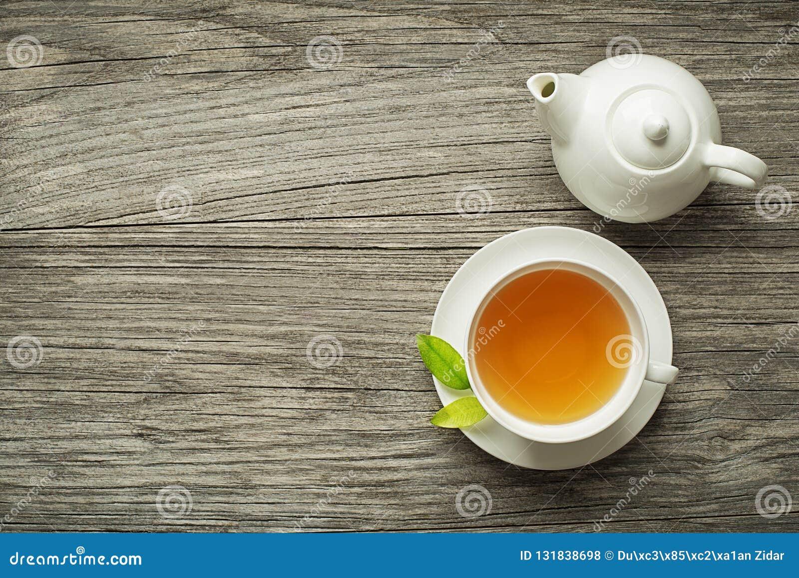 Tasse de thé avec le pot de thé