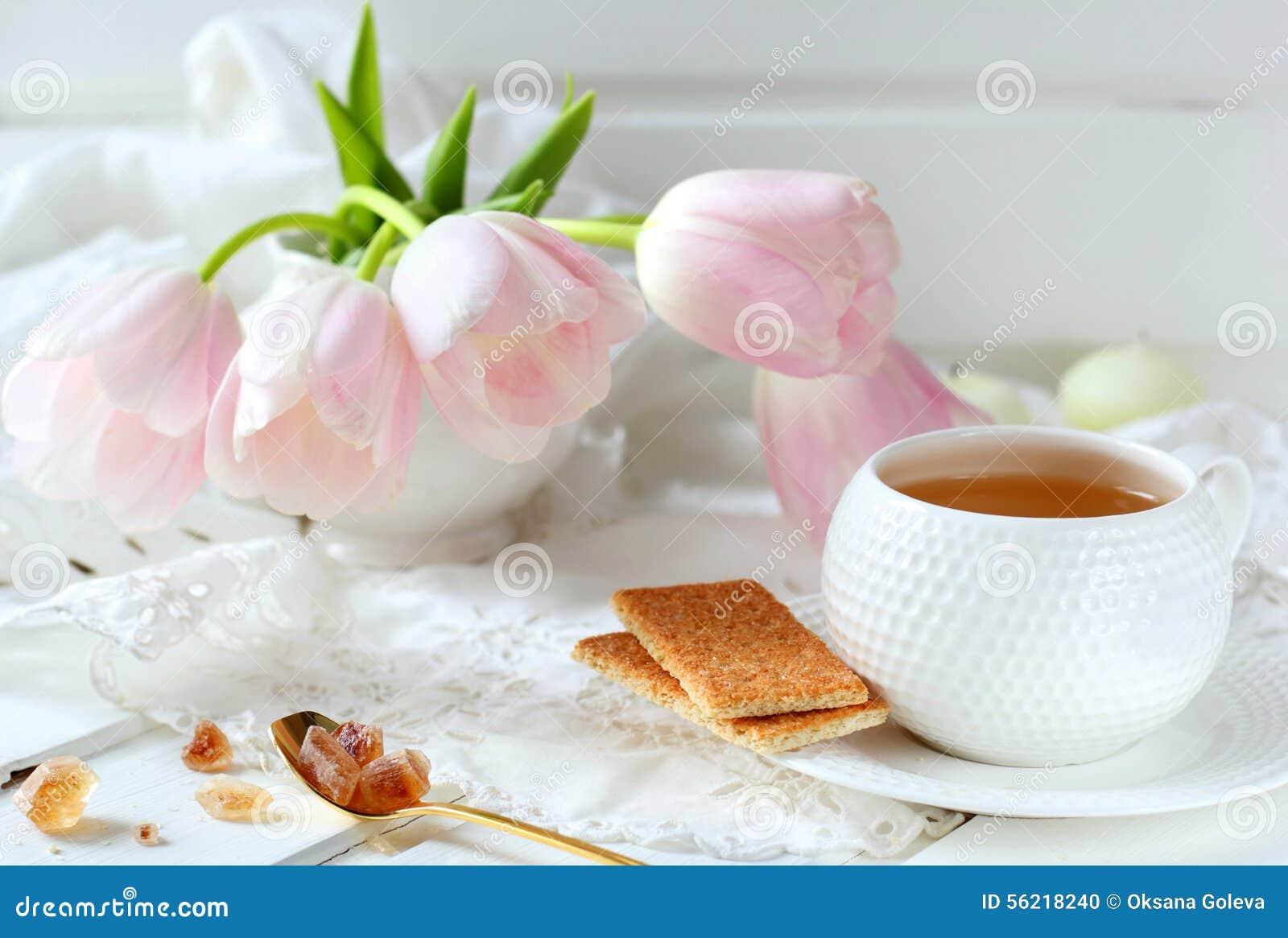 Tasse de thé, de biscuits et de sucre de caramel
