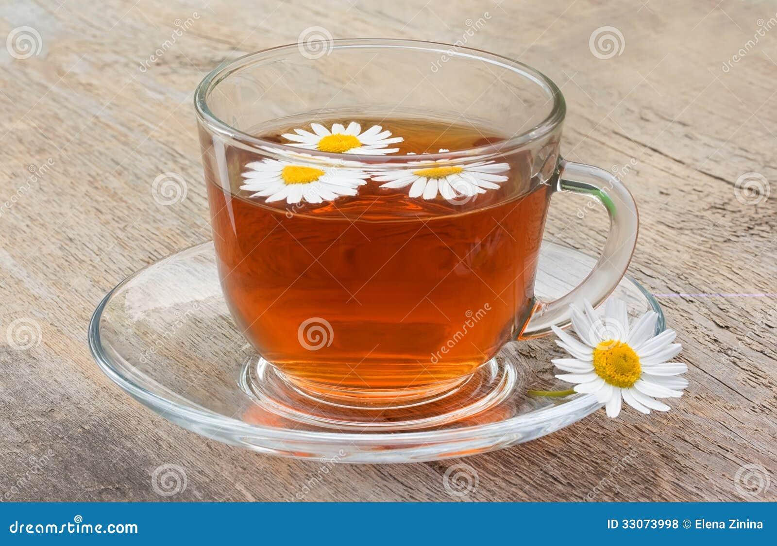 tasse de th sur la vieille table en bois avec des fleurs de camomille photos libres de droits. Black Bedroom Furniture Sets. Home Design Ideas