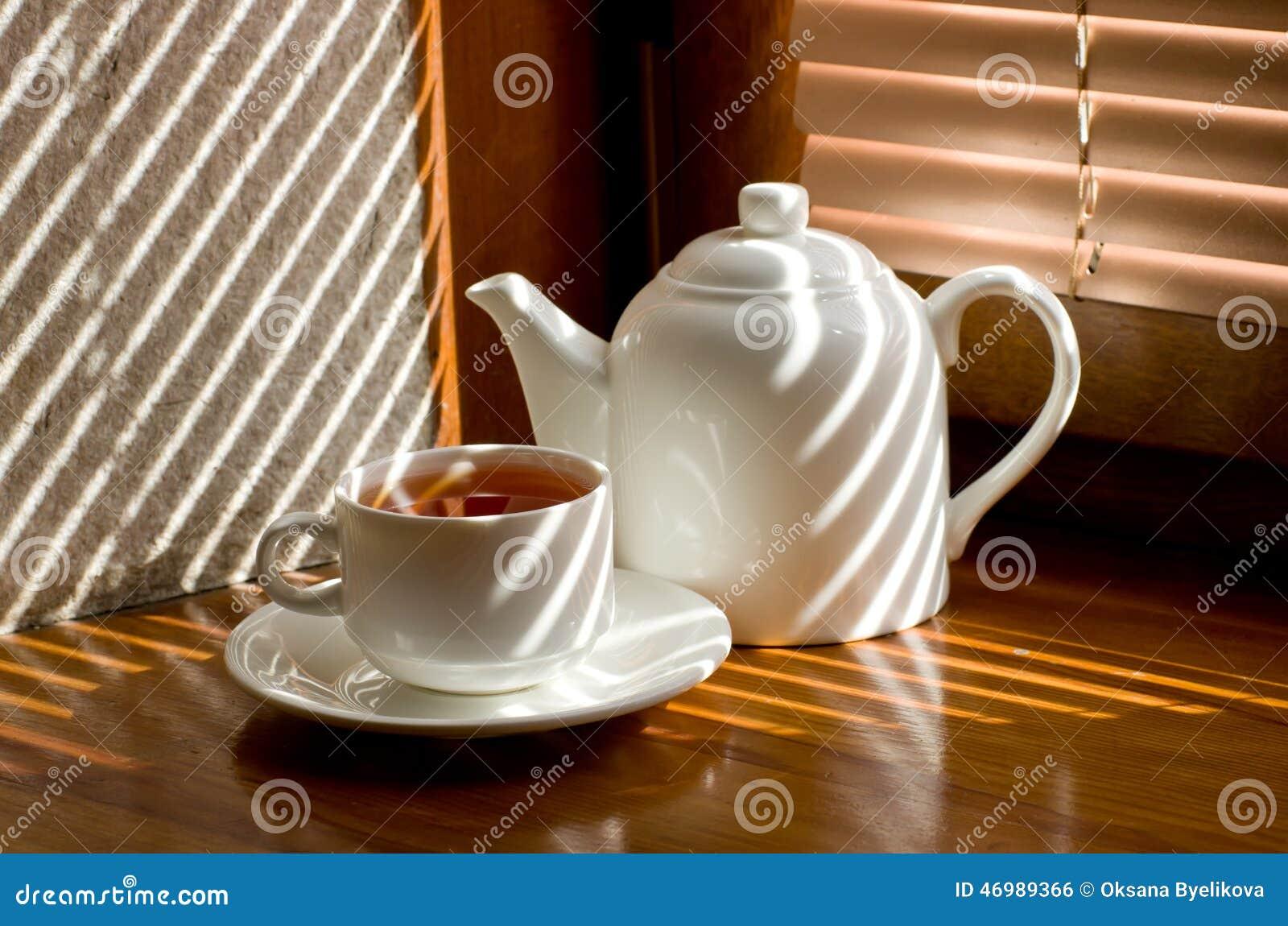 tasse de th avec la th i re photo stock image 46989366. Black Bedroom Furniture Sets. Home Design Ideas