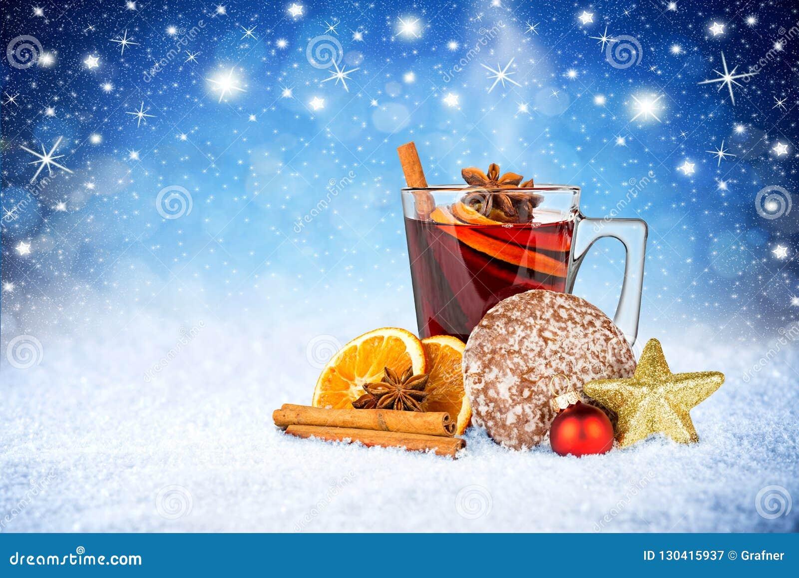 Tasse de vin chaud chaud bleue sur des étoiles de neige d hiver de ciel nocturne de neige