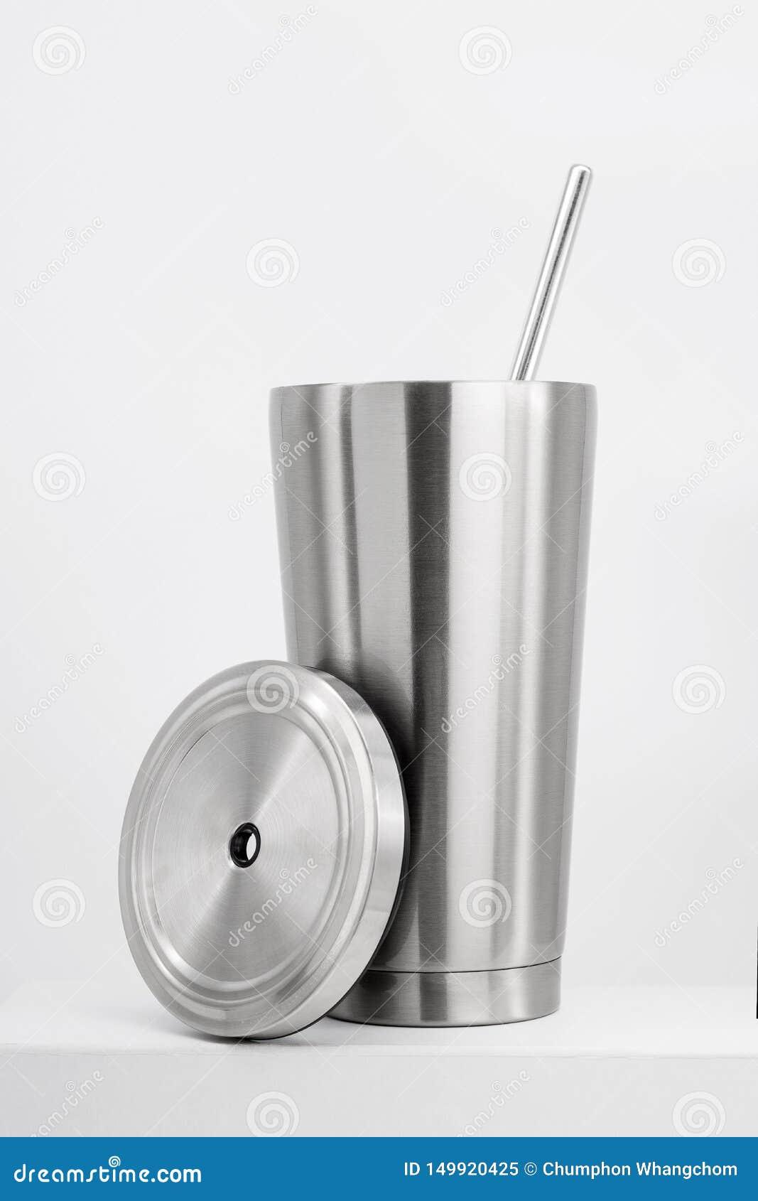 Tasse en acier sur l étagère blanche Culbuteur inoxydable vide pour votre conception Bouteille isolée pour garder votre boisson