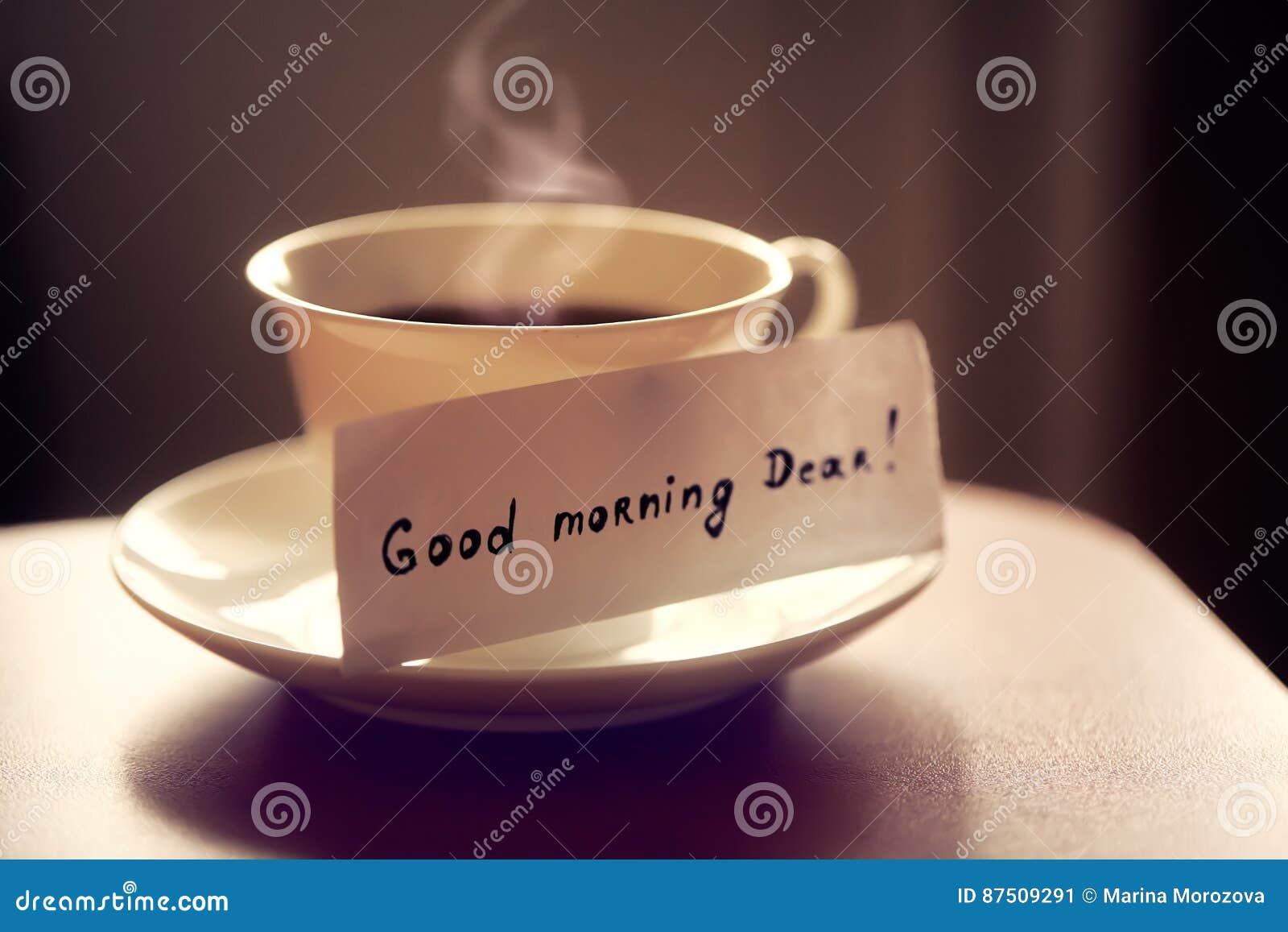 tasse en c u00e9ramique blanche de th u00e9 ou de caf u00e9 avec   gentil bonjour de   de lettre le cher sur la