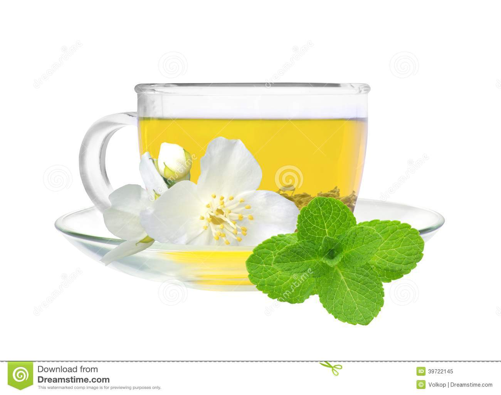 tasse en verre de thé vert avec des fleurs de jasmin d'isolement