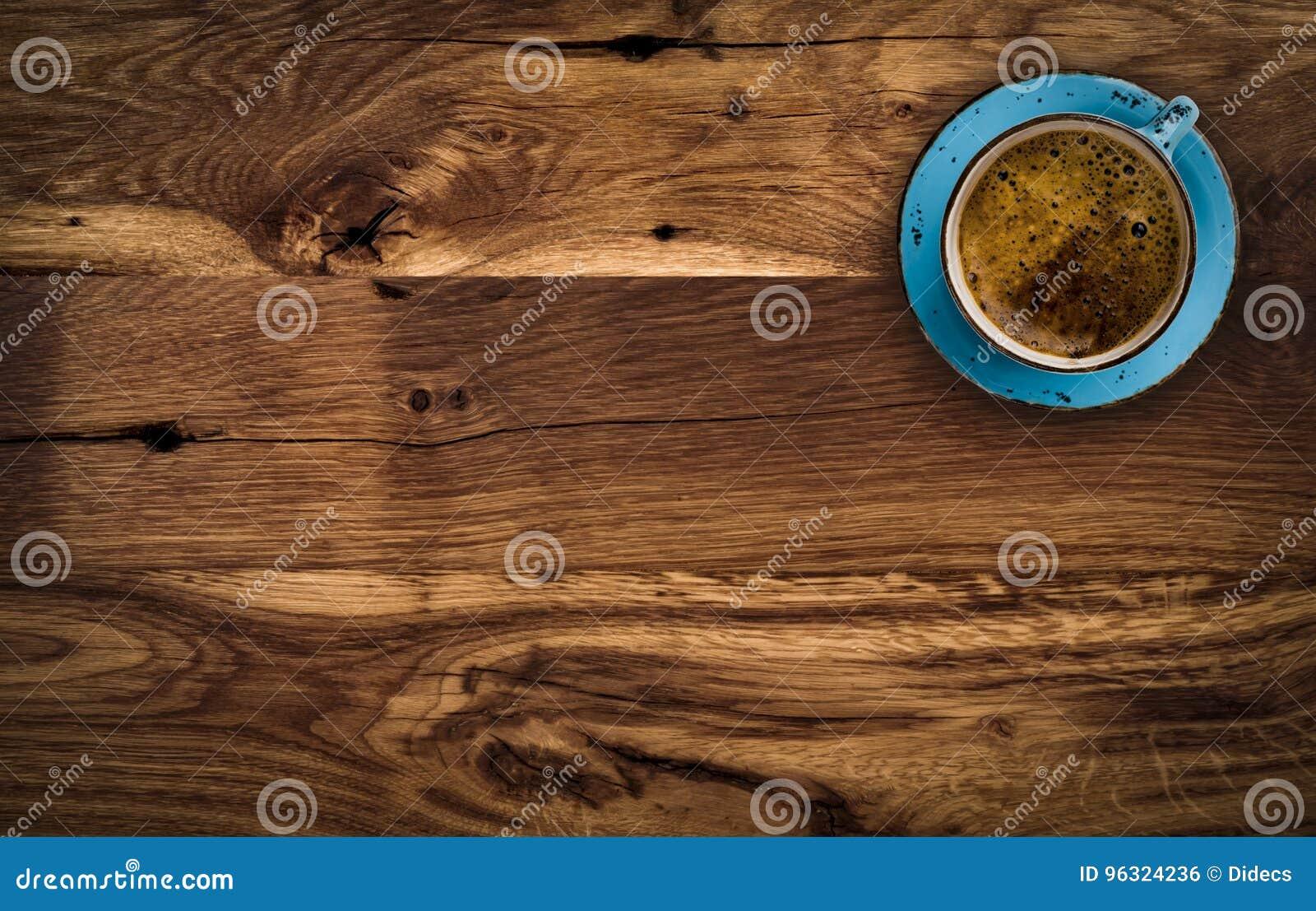 Tasse Kaffee auf dunkelbraunem Holztisch, über Ansicht