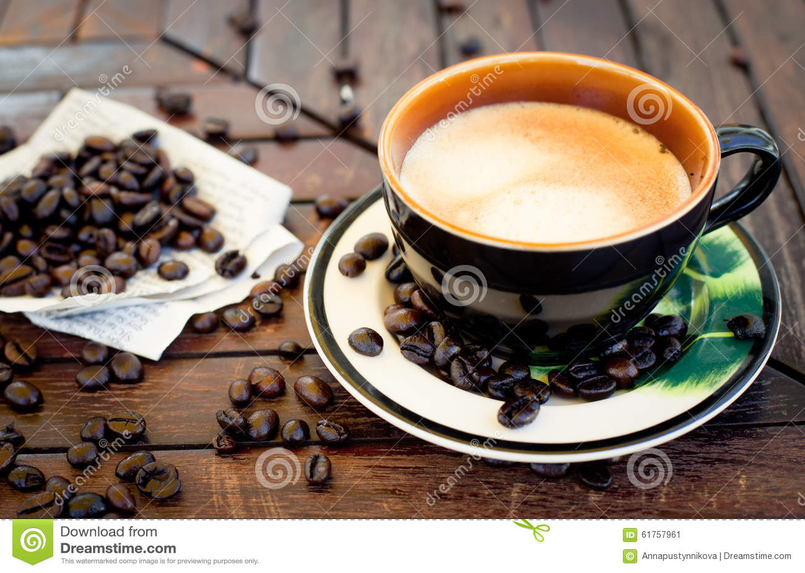 tasse kaffee cappuccino mit bohnen und ein buch stockbild. Black Bedroom Furniture Sets. Home Design Ideas