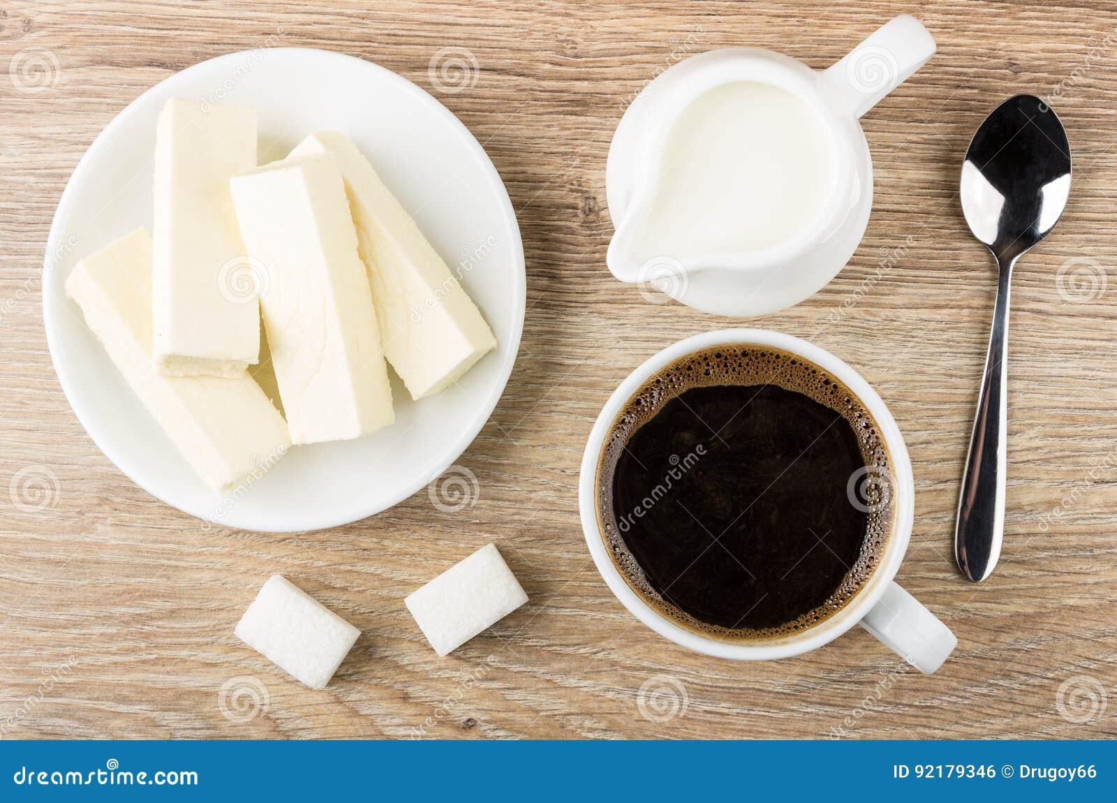 Tasse Kaffee Milch Zucker Und Untertasse Mit Süßigkeit Stockfoto