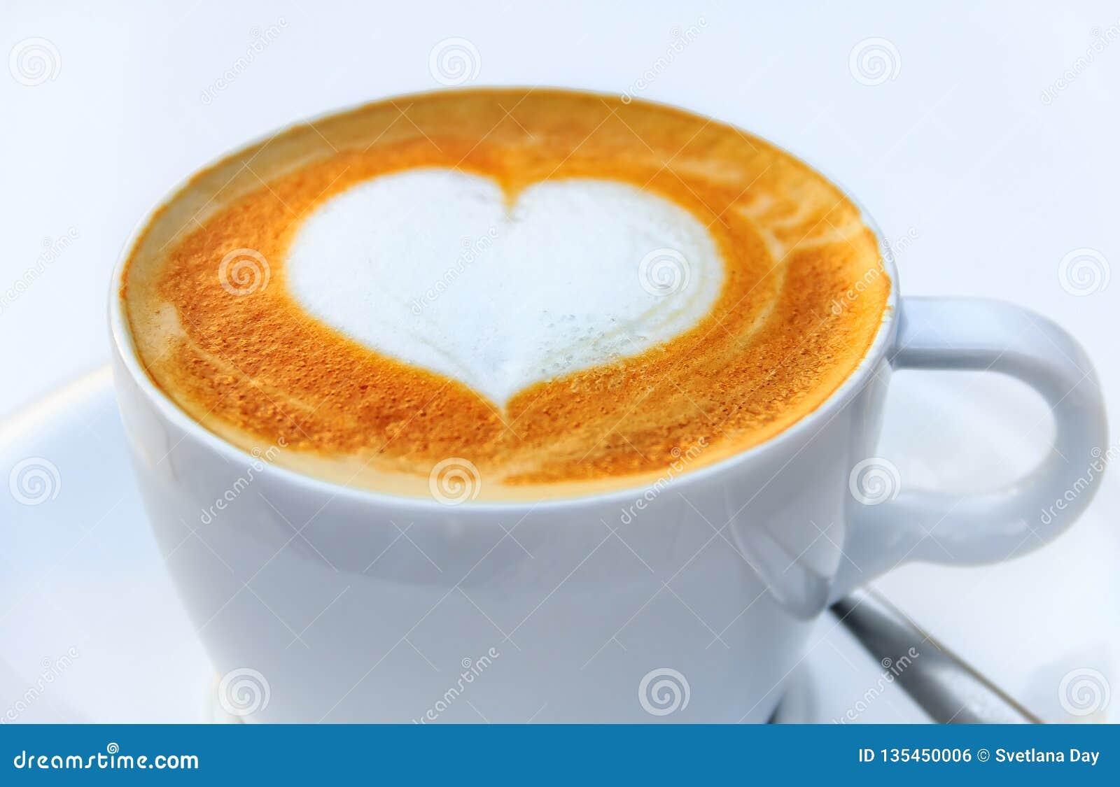 Tasse Kaffee mit einem Lattekunst-Herzentwurf an einem Café in Palma de Mallorca in Spanien