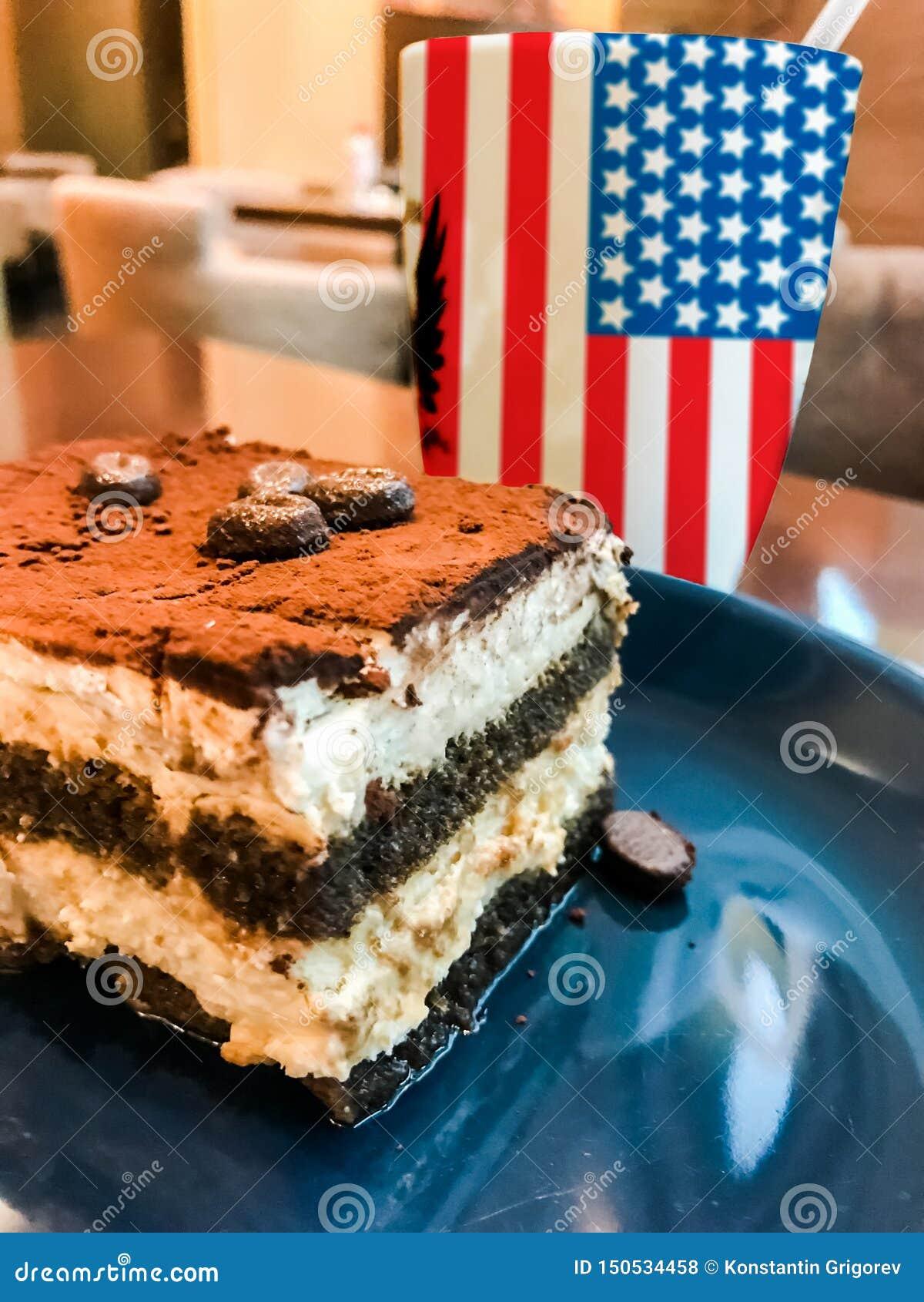 Tasse Kaffee mit USA-Flaggendruck und geschmackvollem Sahnekuchen Tiramisu